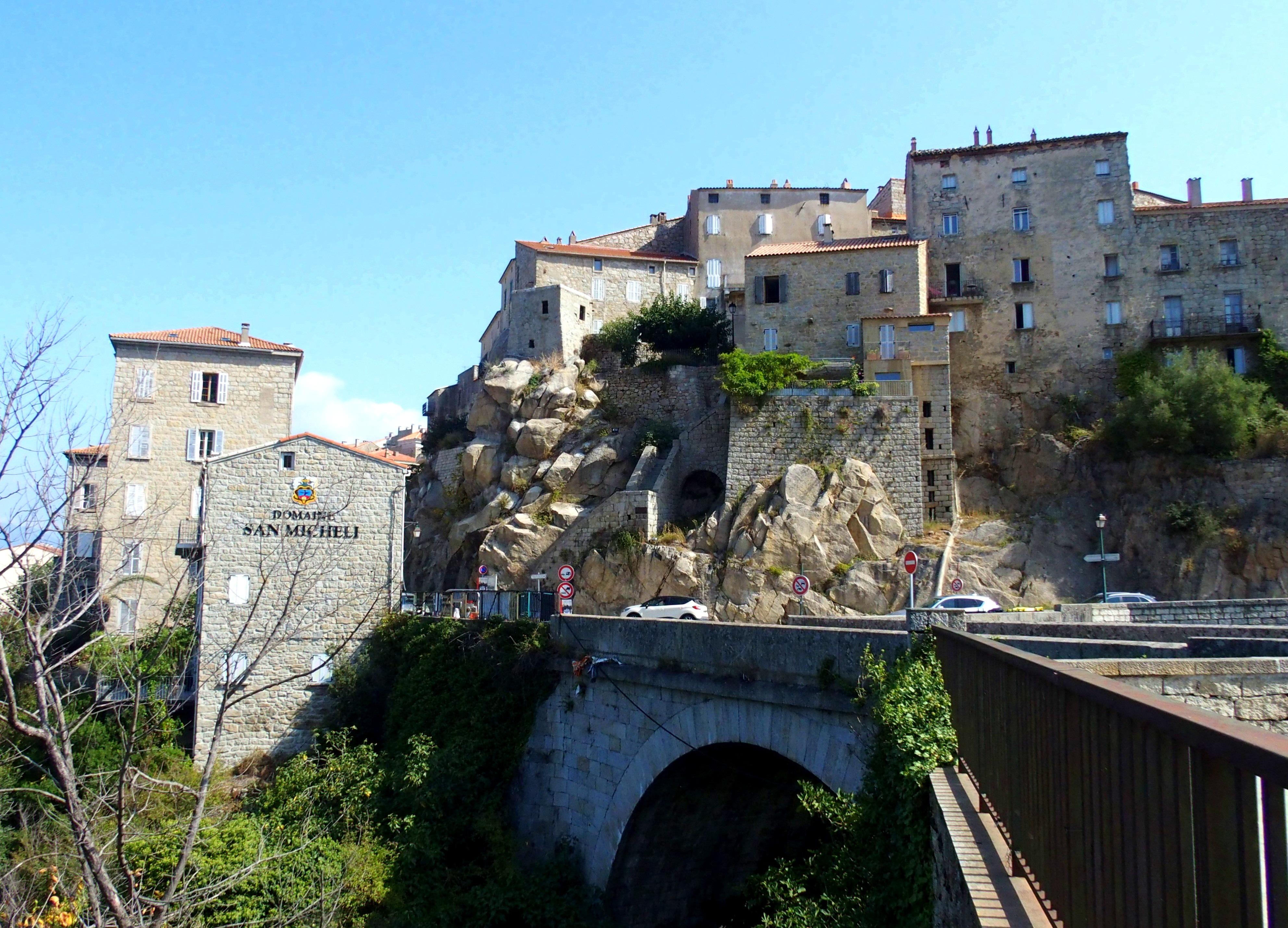 Entrée du village de Sartène en Corse.