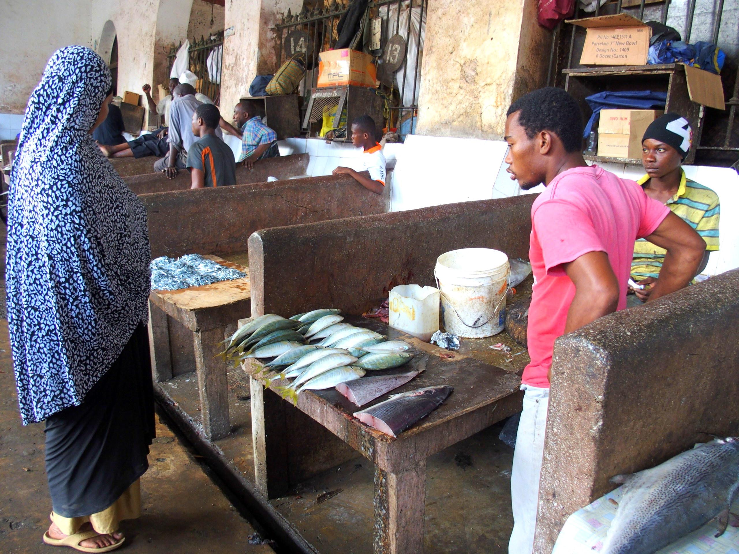 Etal de poissons sur marché Zanzibar