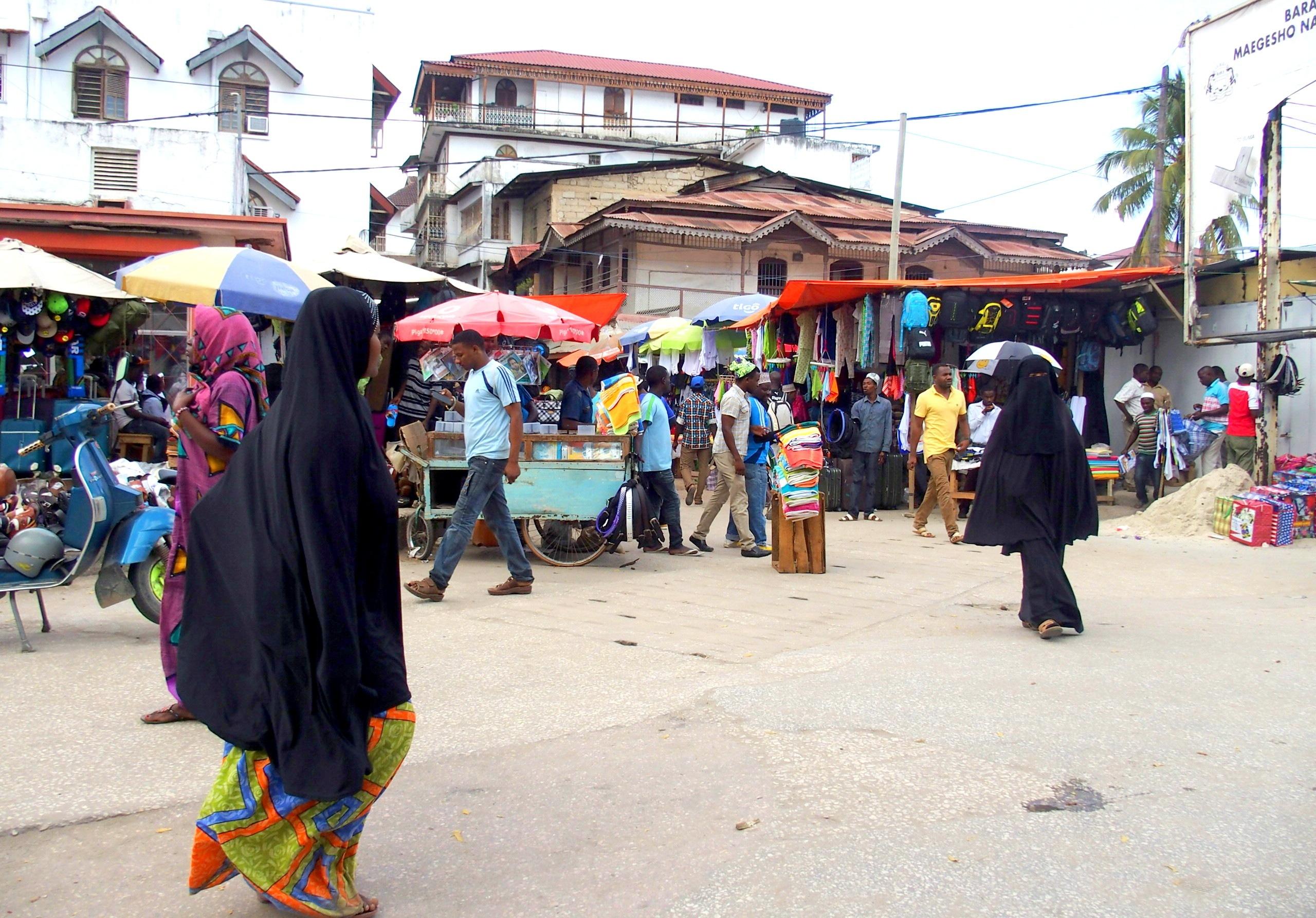 Femmes en habits traditionnels Stone Town Zanzibar
