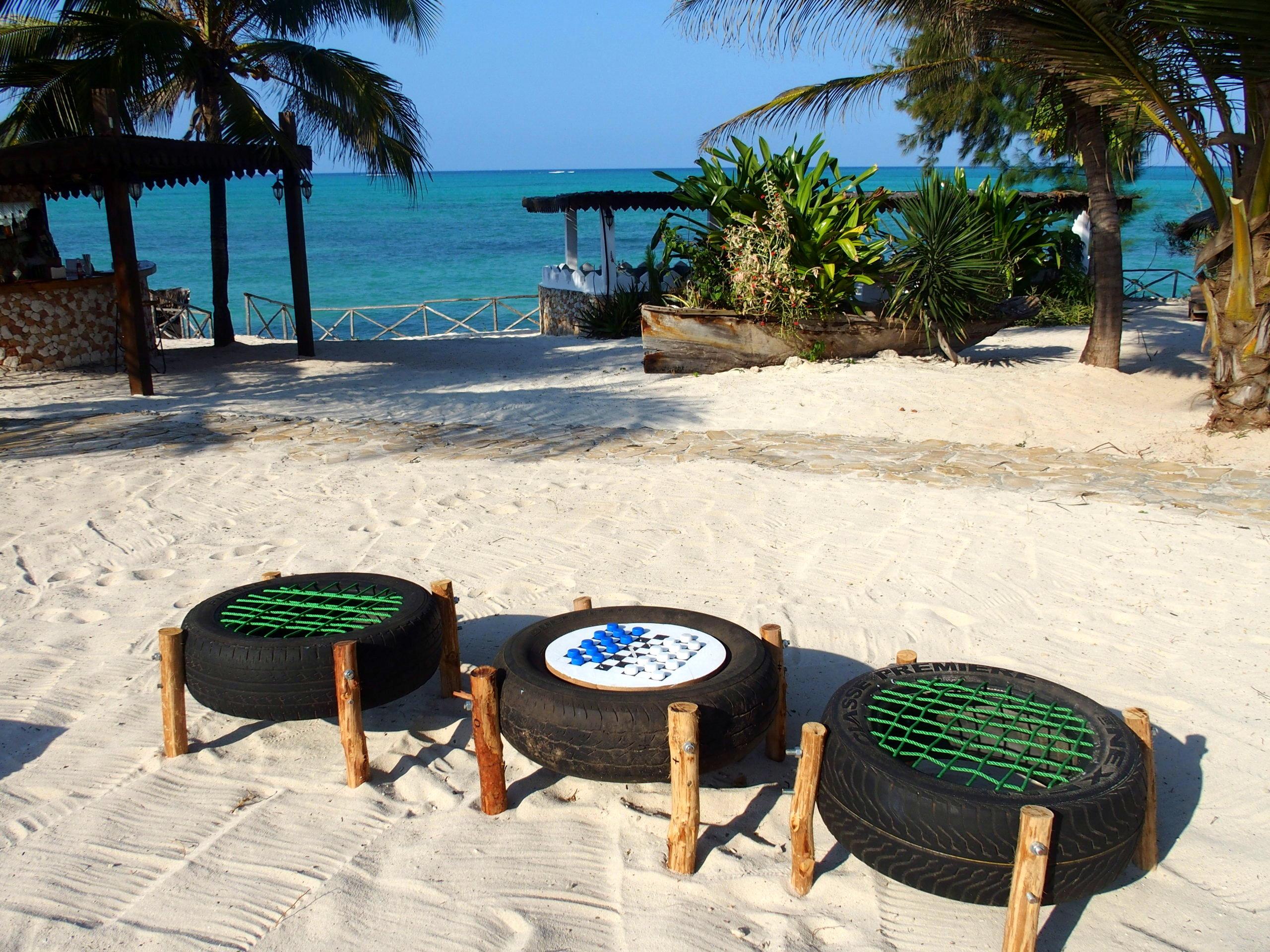 Jeu de dames artisanal hotel Seasons lodge face à la mer Pongwe Zanzibar