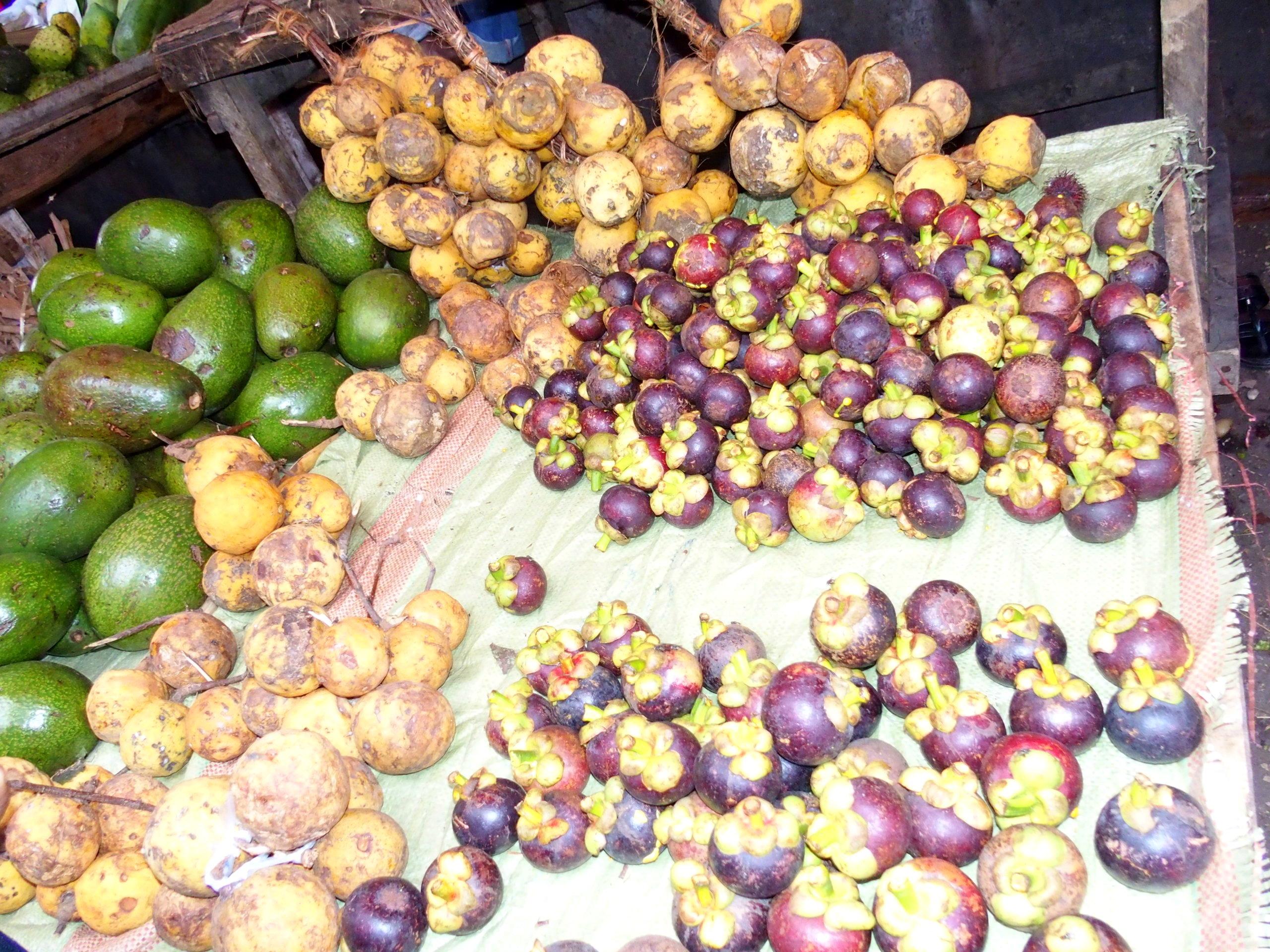 Ramboutans sur étal du marché de Stone Town Zanzibar.