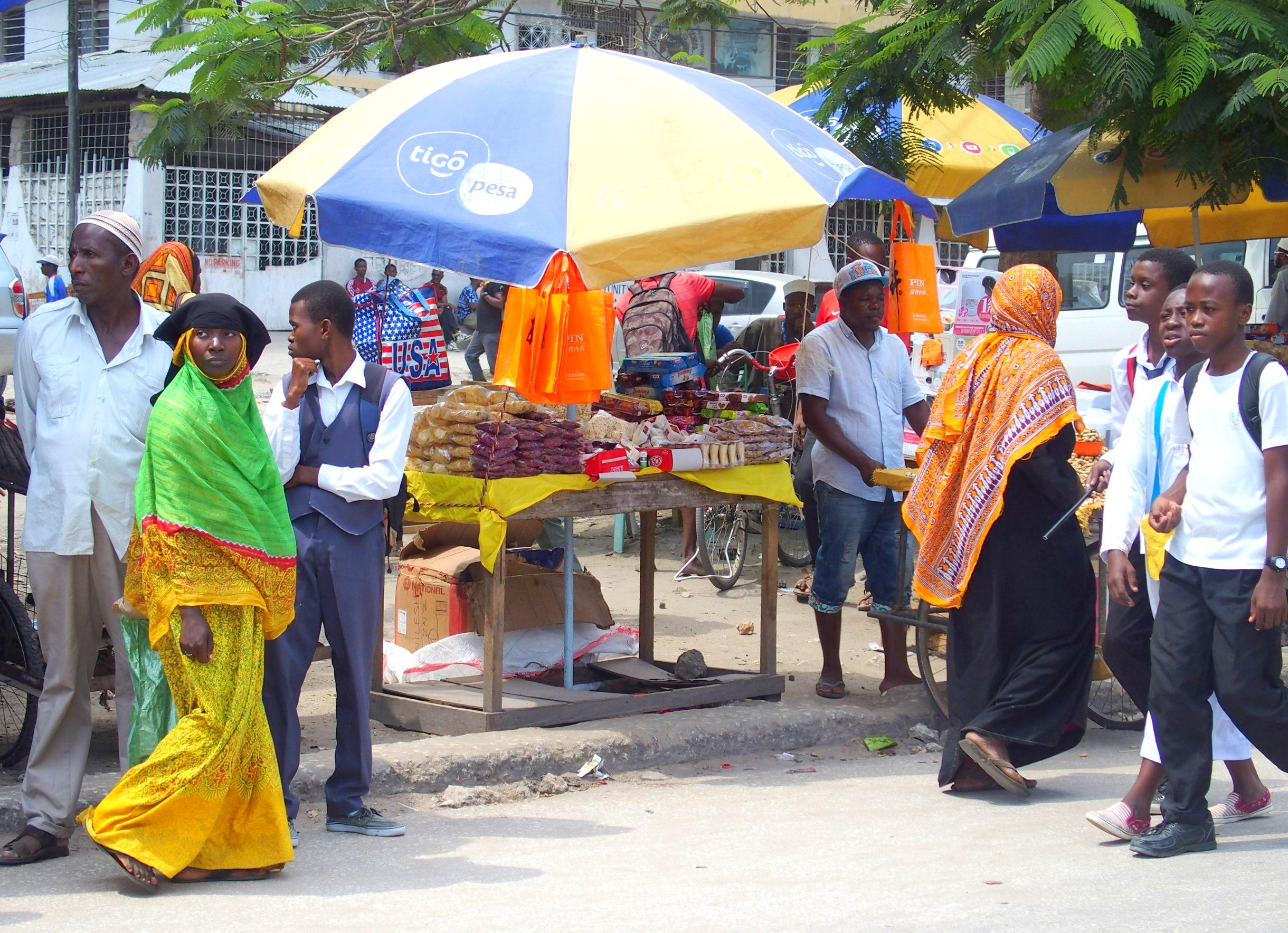 Tenues colorées des femmes au marché Stone Town Zanzibar