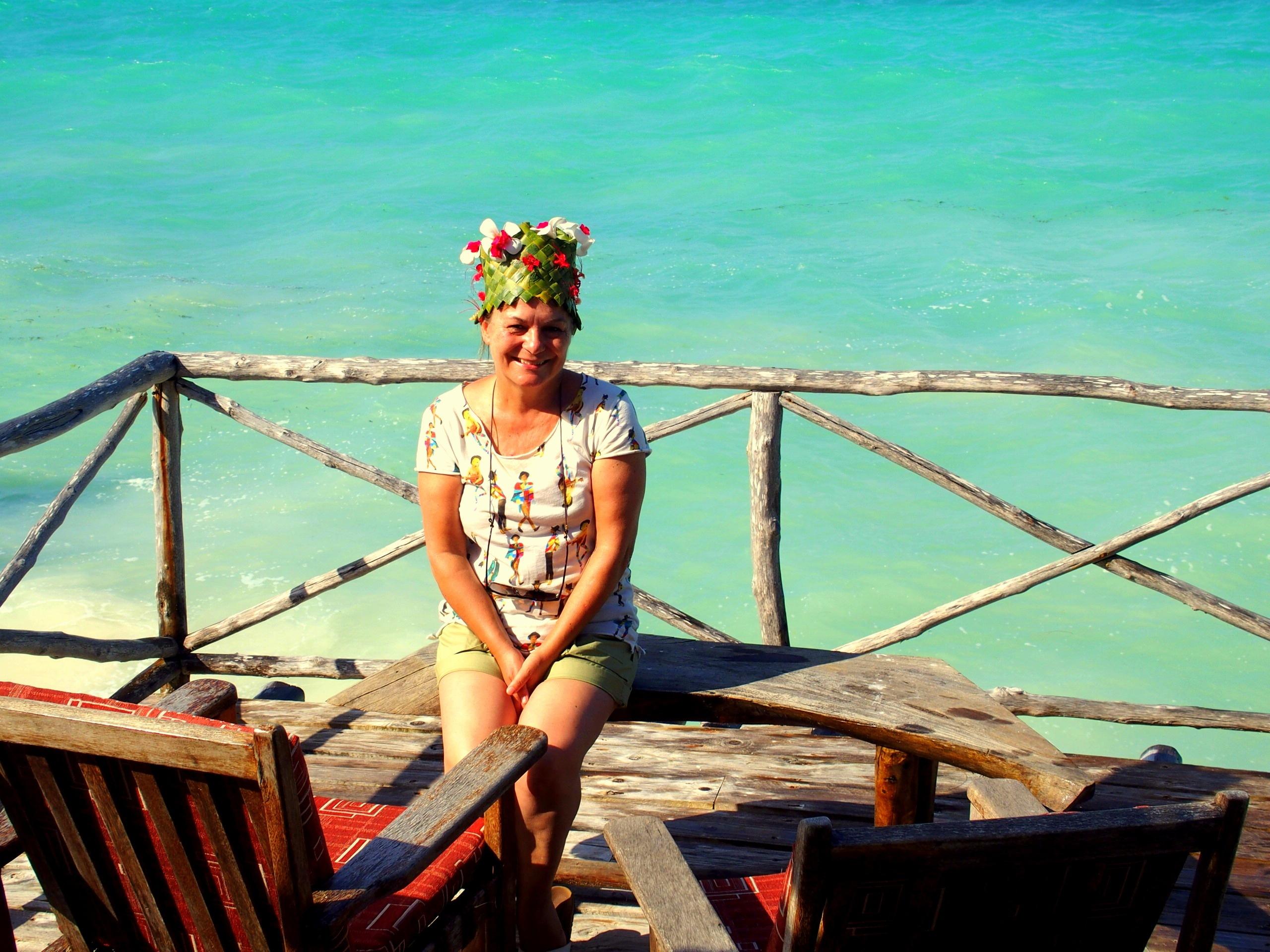 Un beau chapeau en feuilles de palmier en cadeau d'adieu Seasons lodge Zanzibar