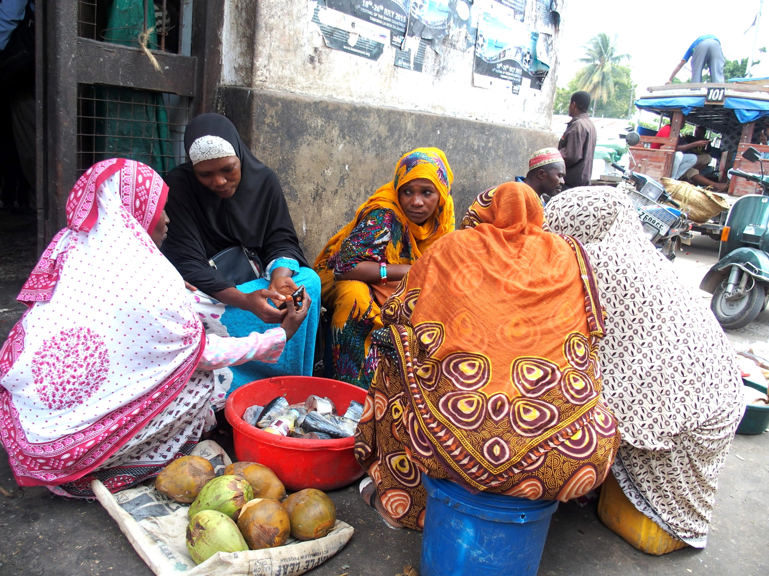 Vendeuses colorées de poissons et noix de coco marché Zanzibar