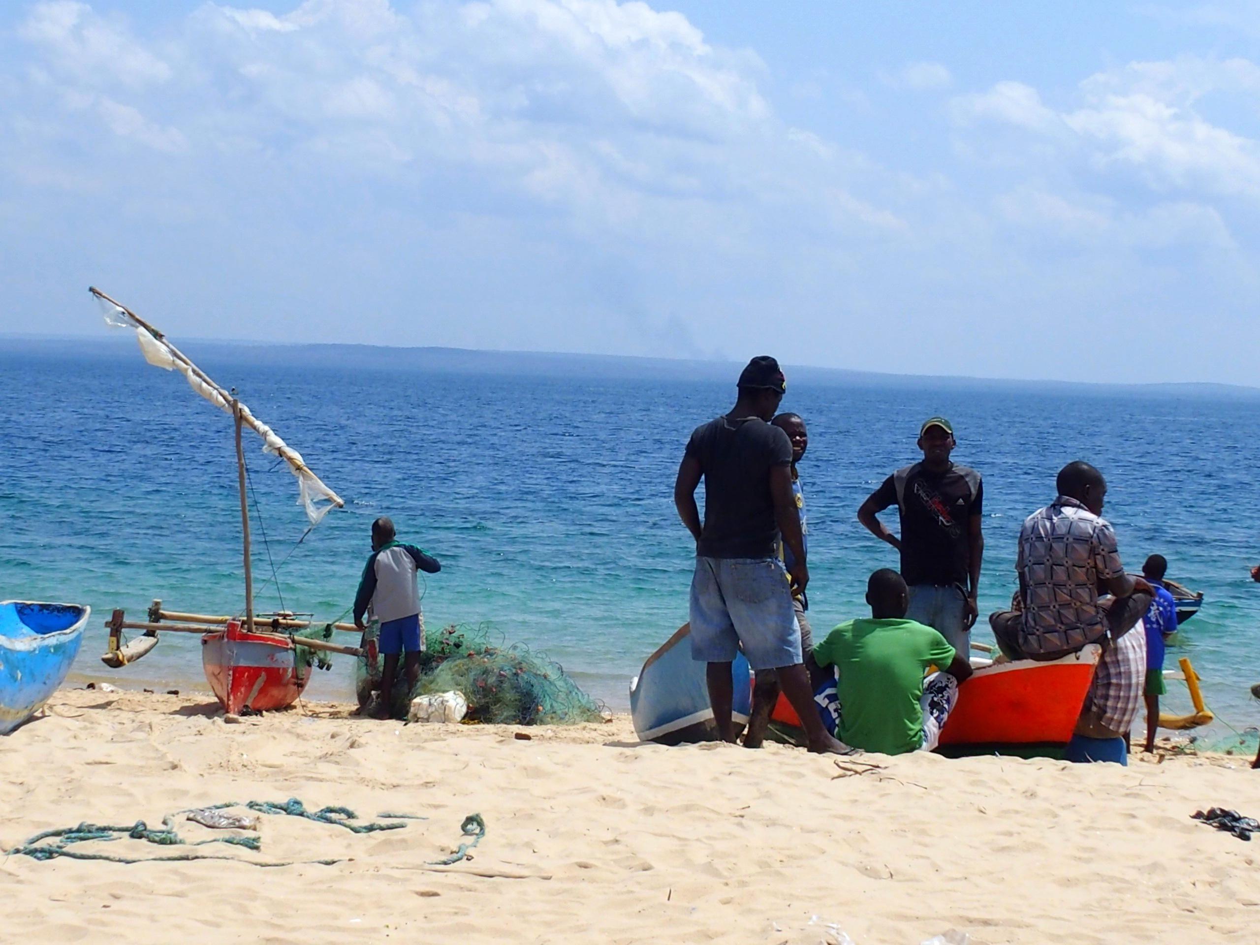 Attente du retour des bateaux de peche Pemba Mozambique