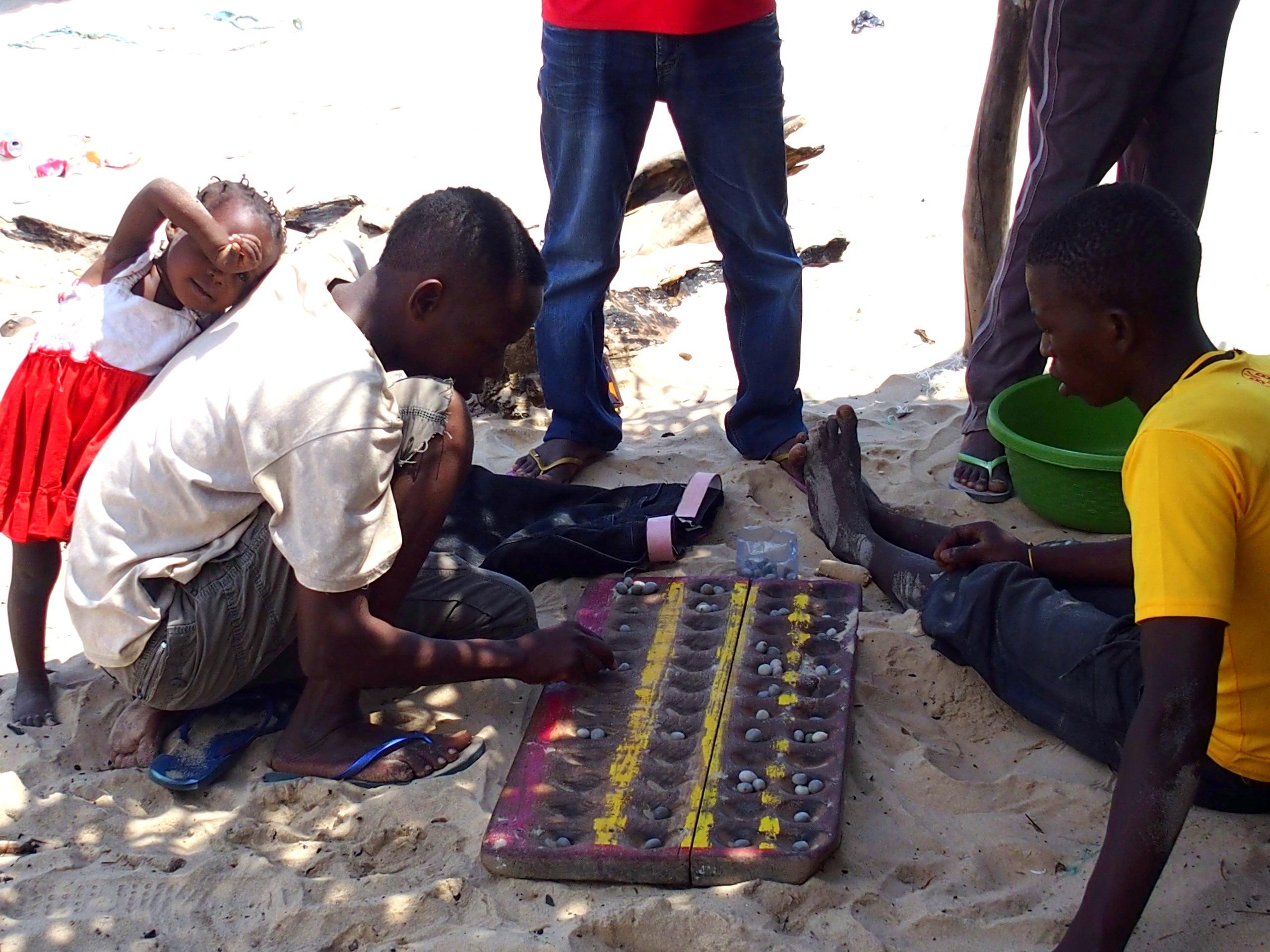 Jeu de palets sur la plage Mozambique.