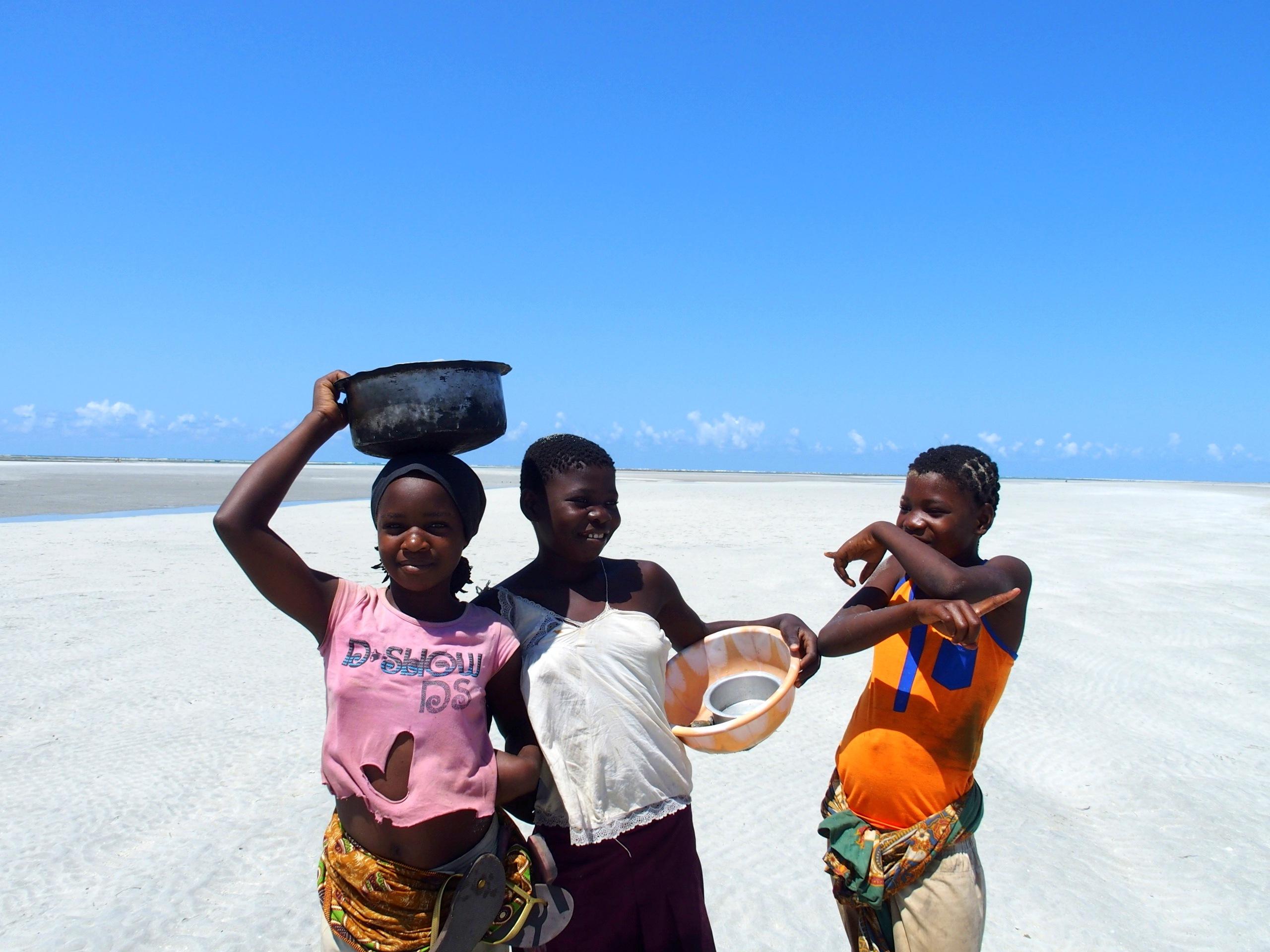Jeunes filles sur la plage de Murrembue Mozambique