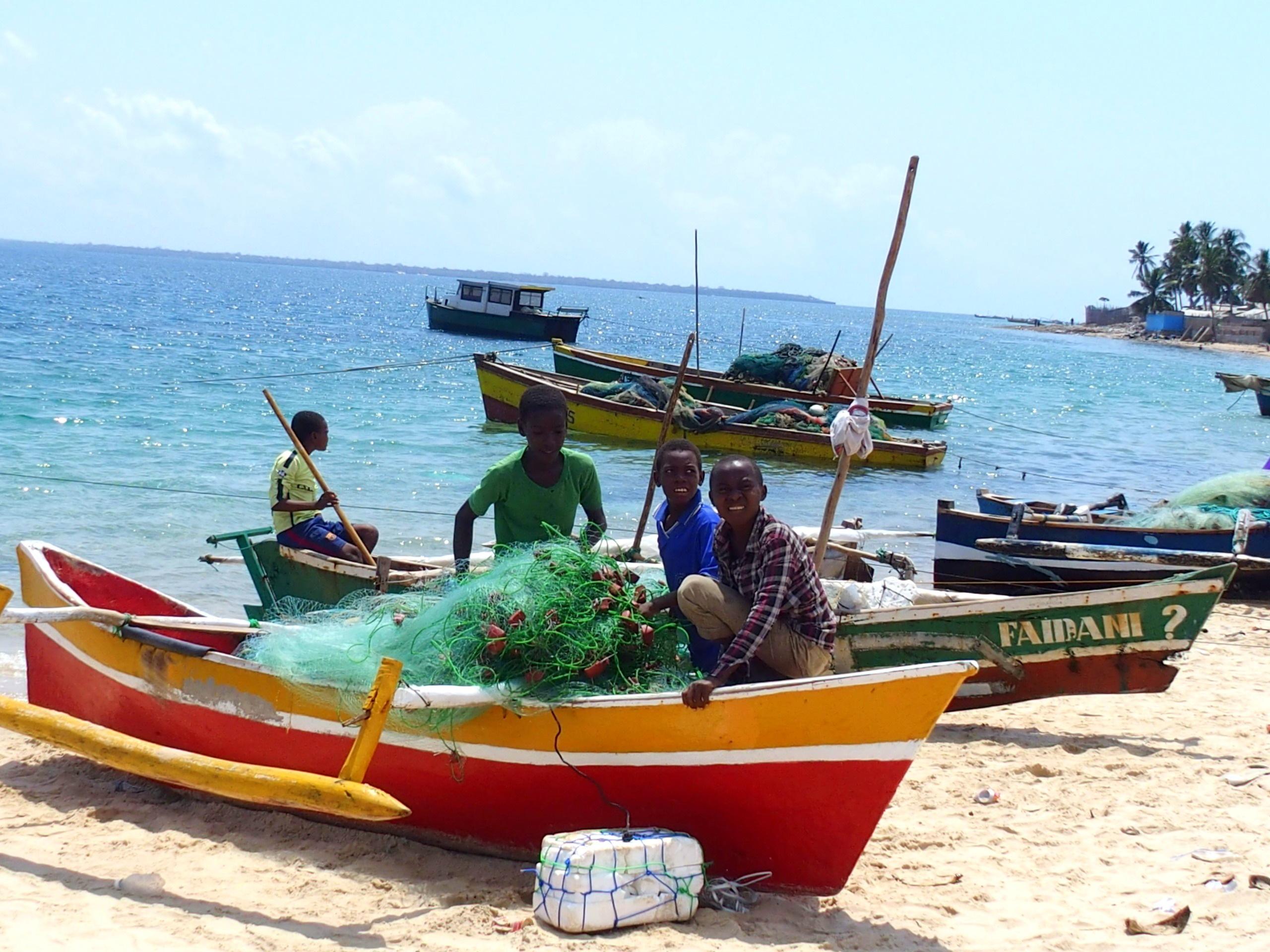 Jeunes sur pirogue plage Pemba Mozambique