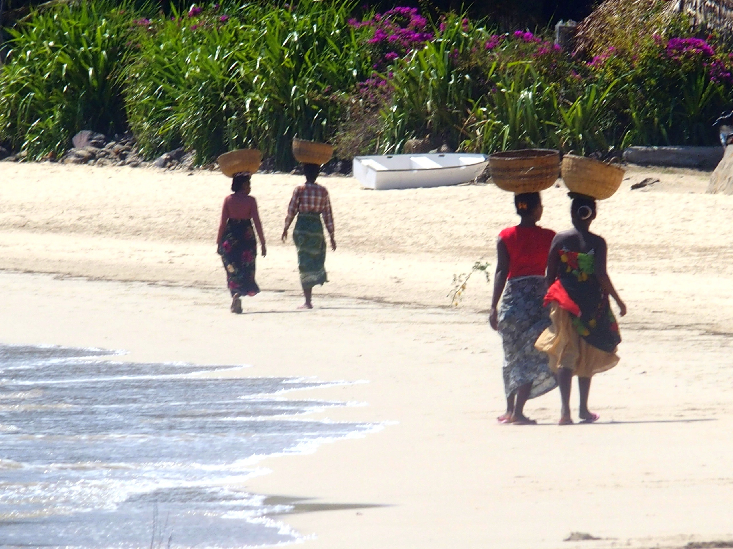Vendeuses-fruits-sur-plage-Nosy-Be-Madagascar