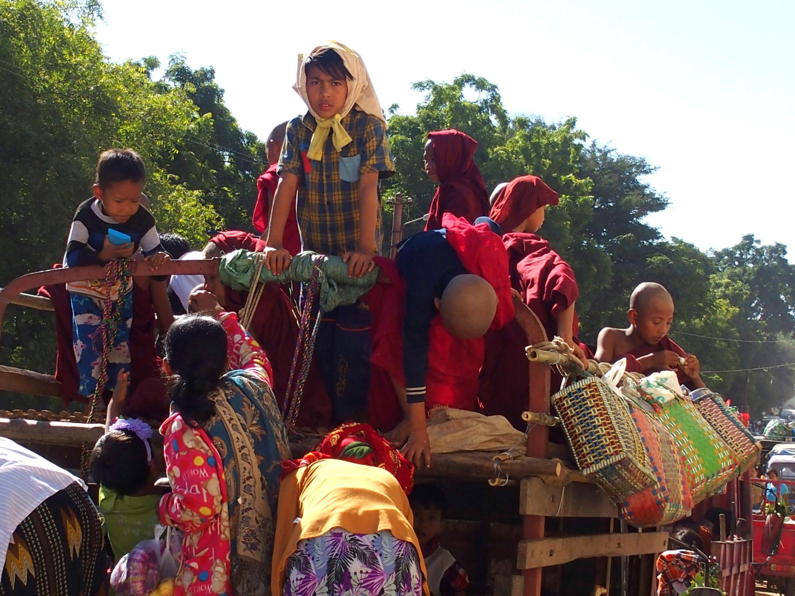 Arrivée-au-marché-de-Bagan-par-charrette-Myanmar