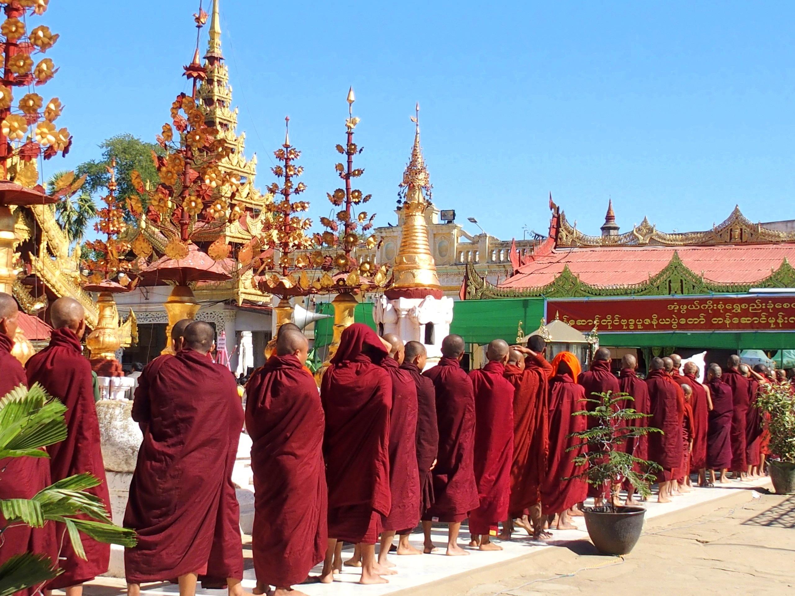 Défilé-de-moines-à-Shwezigon-Bagan-Myanmar.