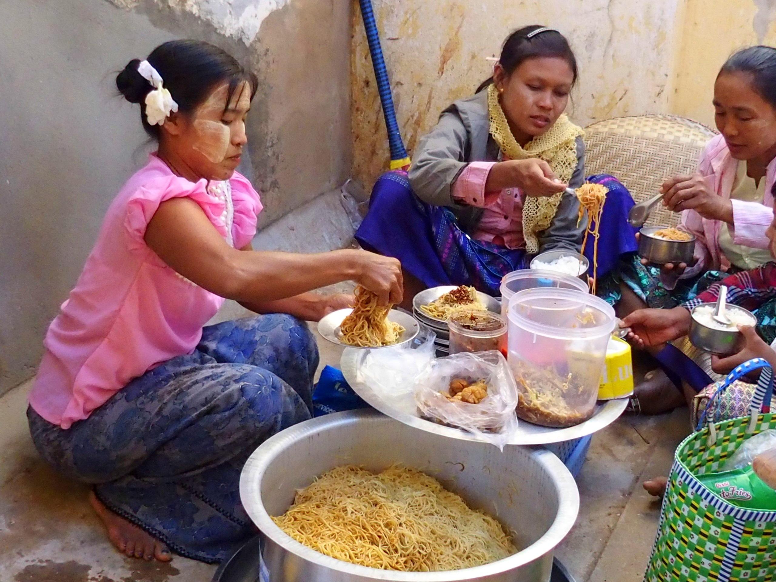 Déjeuner-au-marché-Bagan-Myanmar