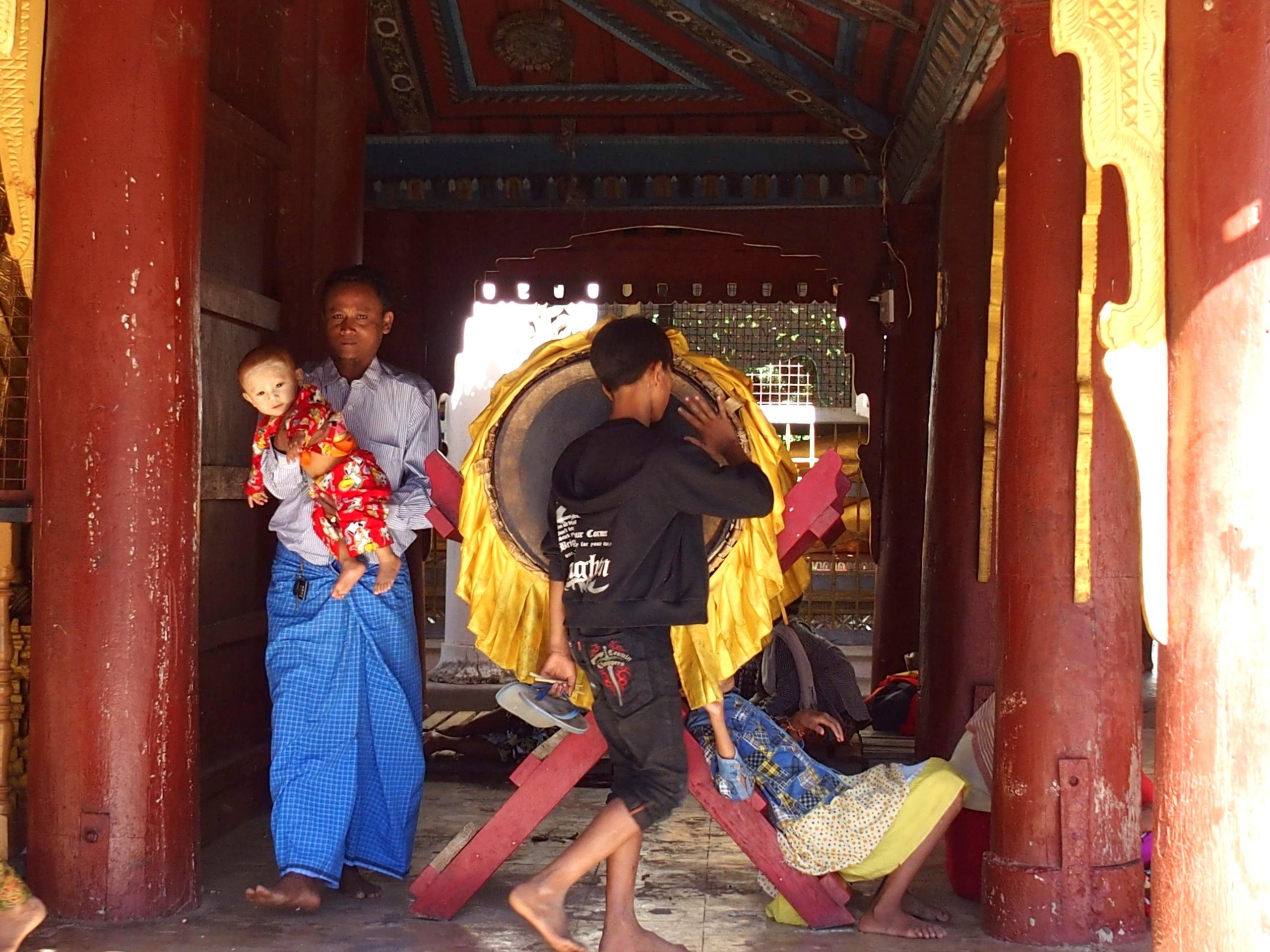 Enfant-au-tambour-Shwezigon-Bagan-Myanmar