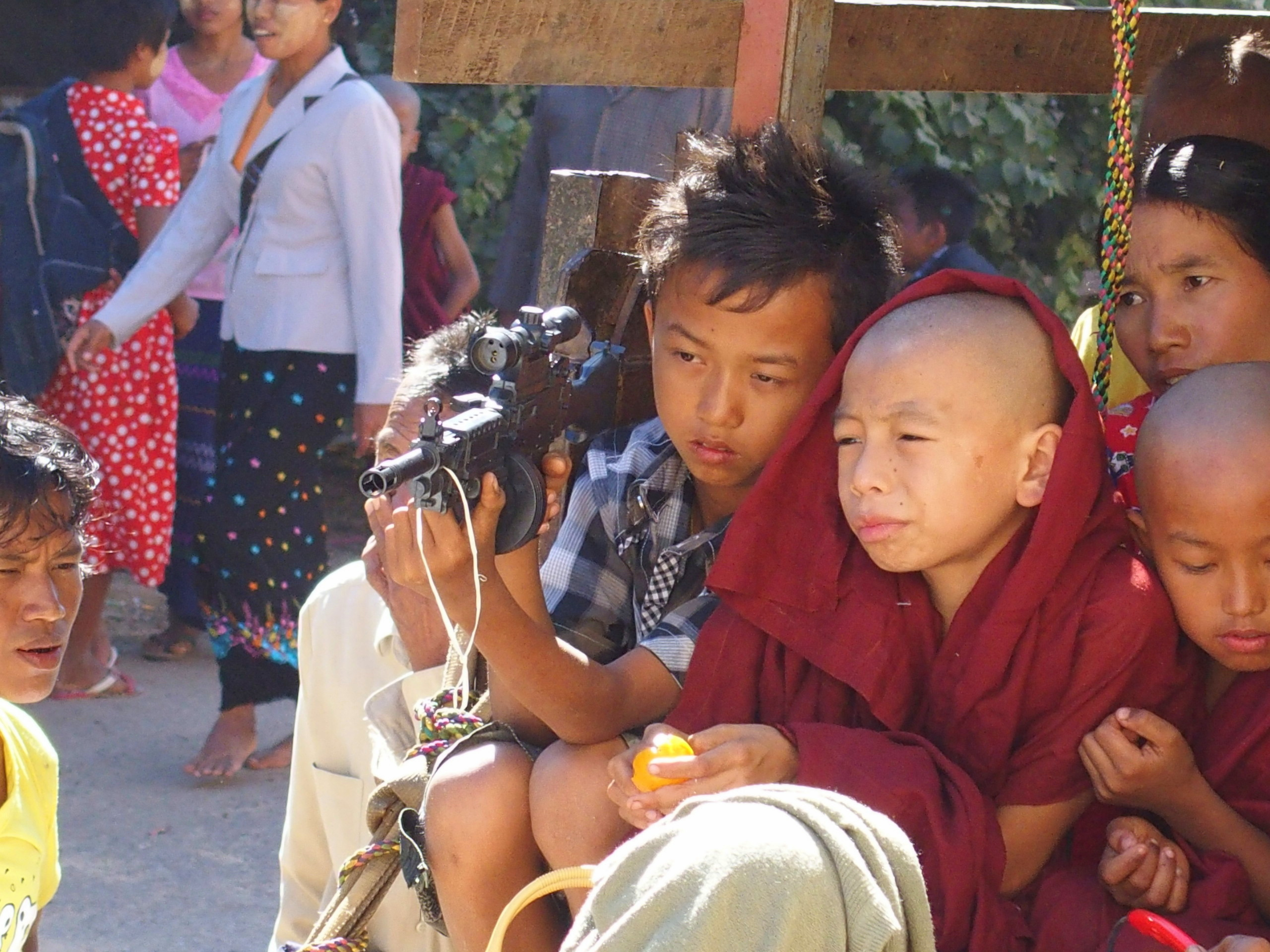 Enfant avec fusil-jouet marché Bagan Myanmar.