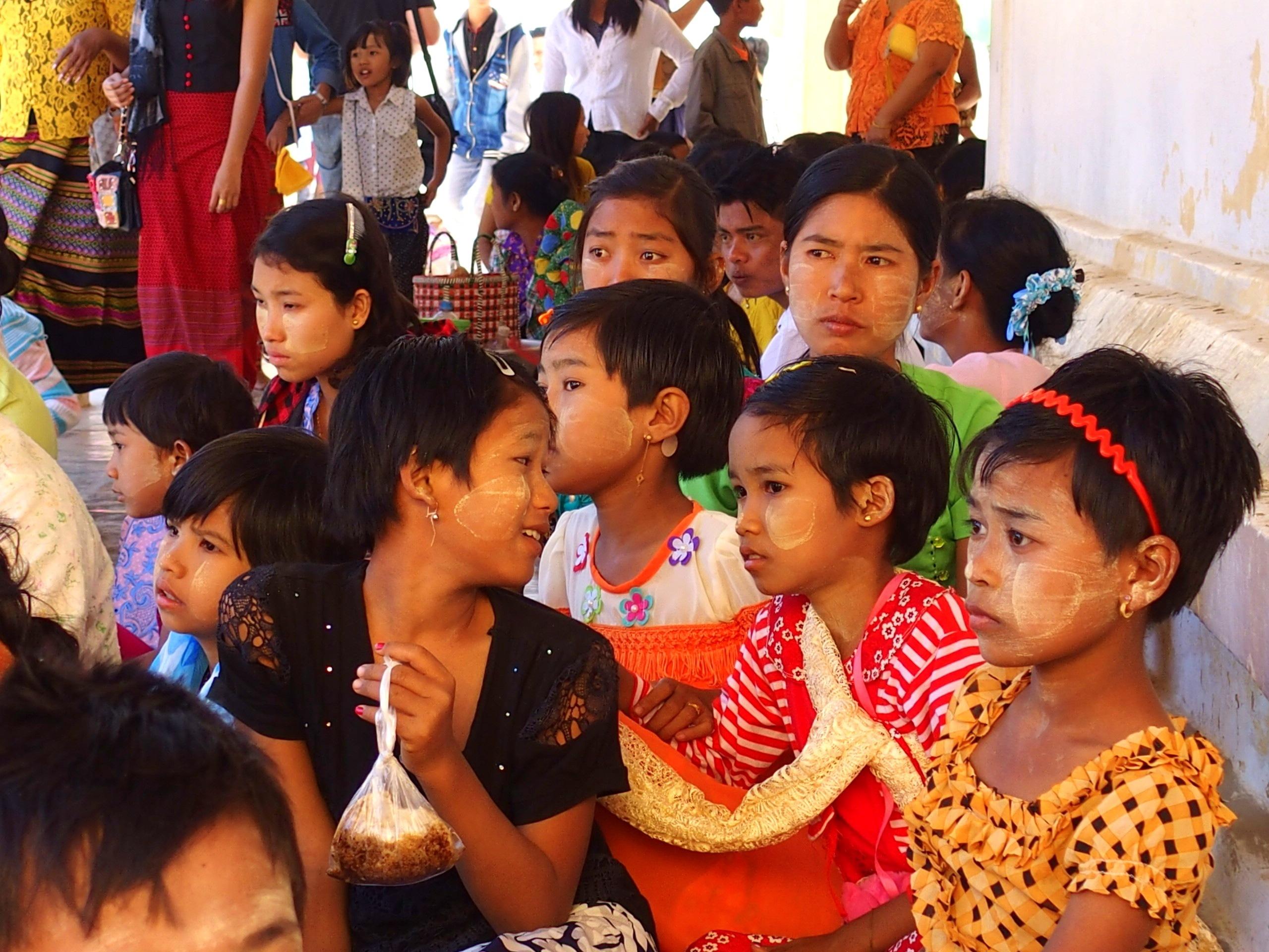 Familles à Shwezigon Bagan Myanmar