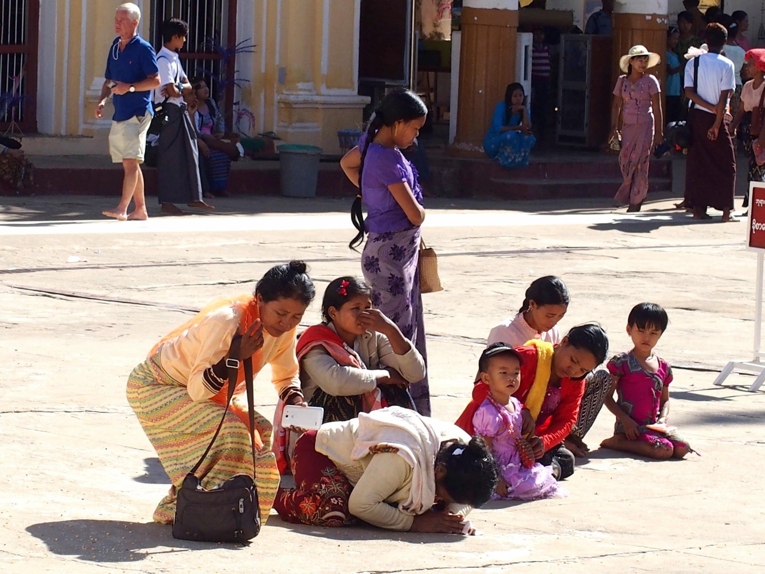 Familles-en-prière-Shwezigon-Bagan-Myanmar