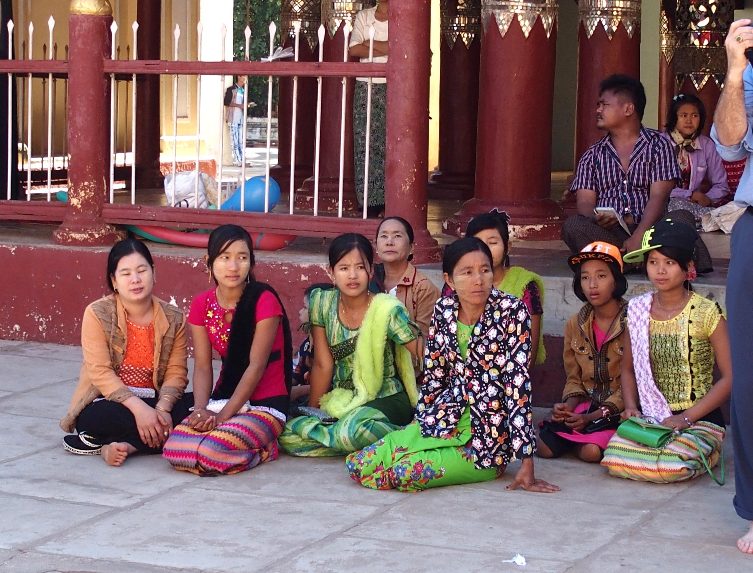 Femmes-à-la-pagode-Shwezigon-Bagan-Birmanie.
