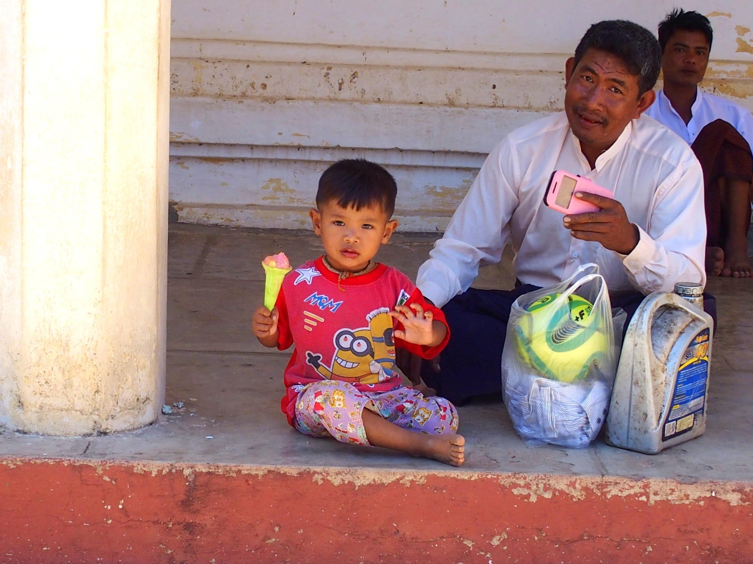Jeune-enfant-Shwezigon-Bagan-Myanmar.