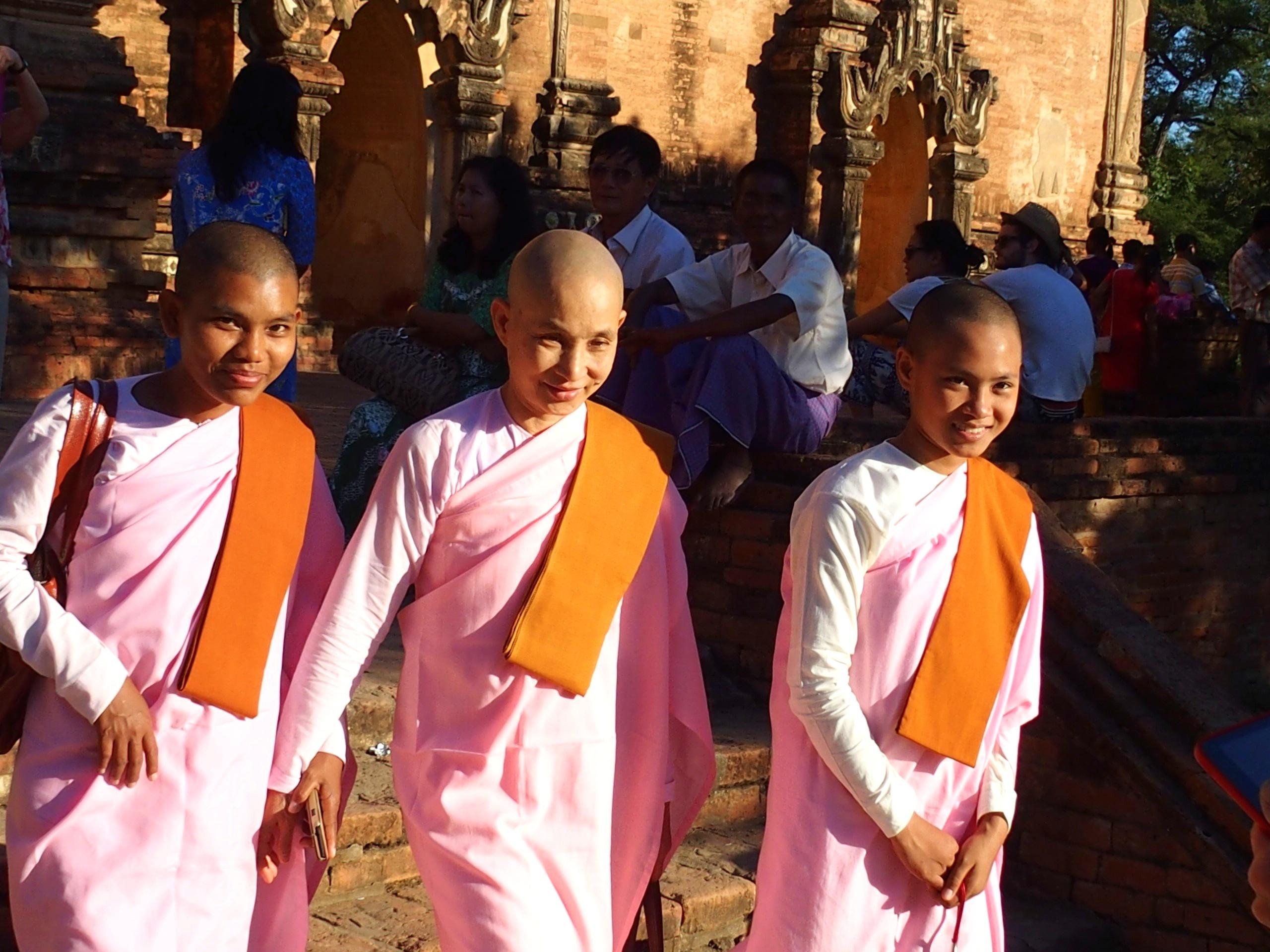 Jeunes moniales souriantes pagode Thatbyinnyu Bagan Myanmar.