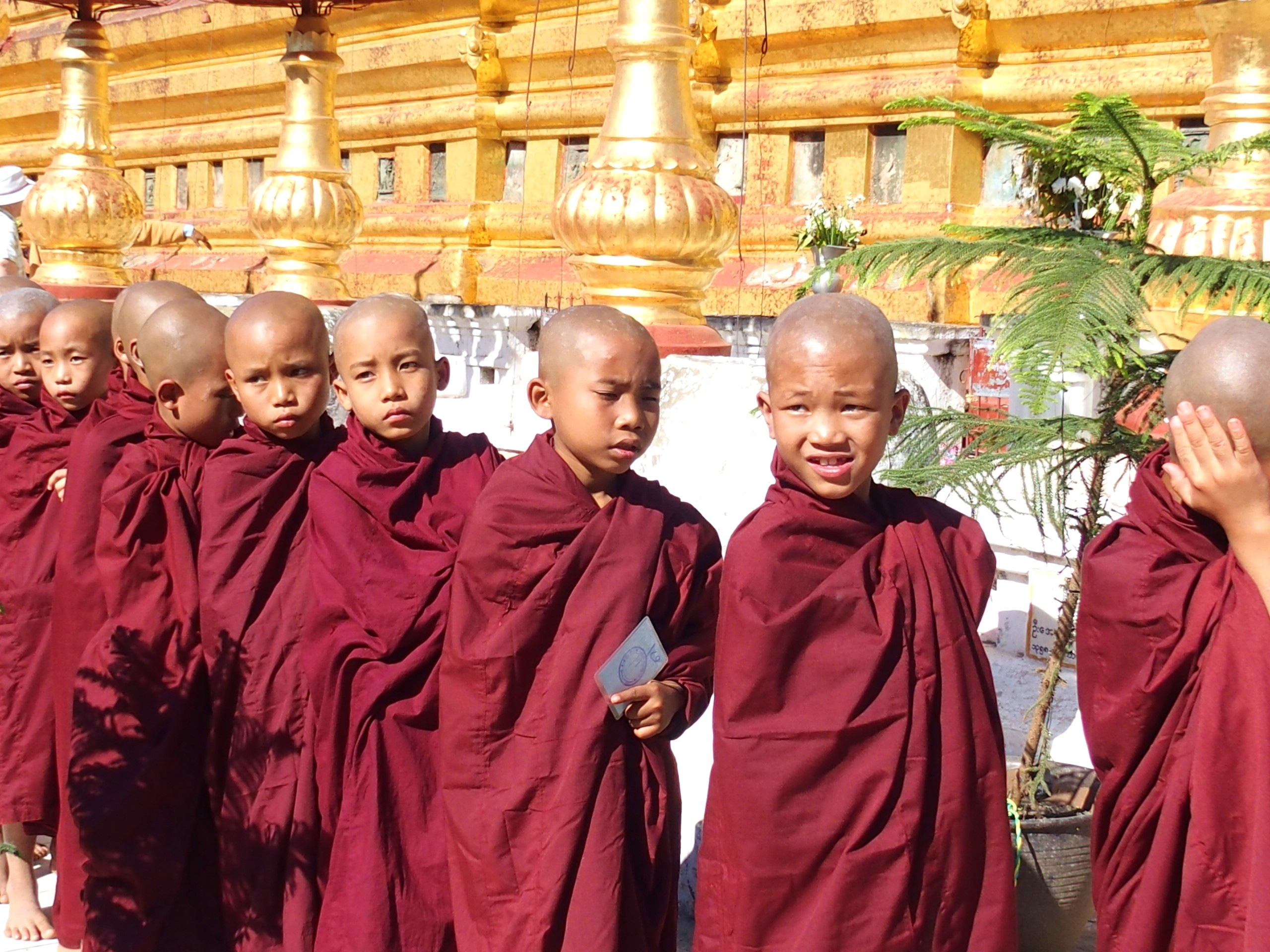 Novices-dans-la-chaleur-de-Shwezigon-Bagan-Myanmar