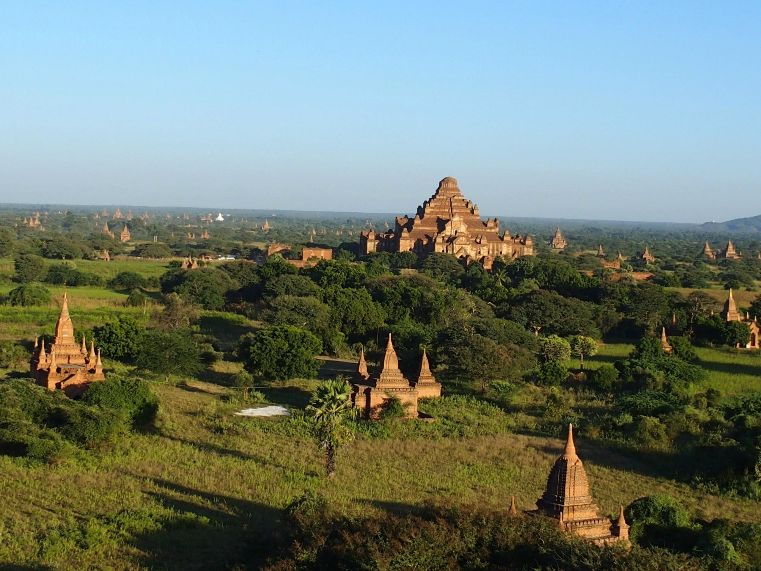 Pagodes-dans-la-campagne-de-Bagan-Myanmar