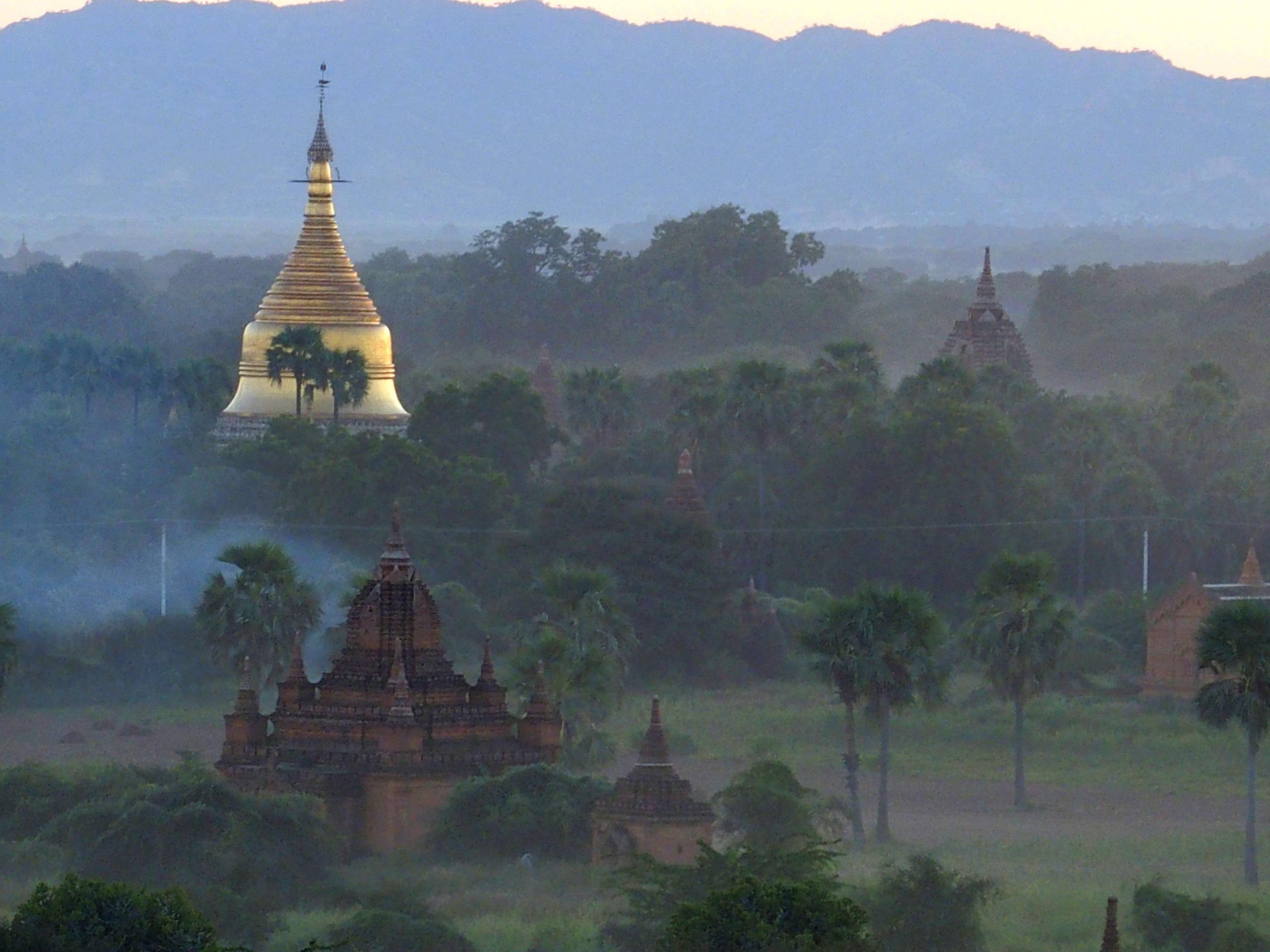 Stupa-doré-et-ruines-de-Bagan-Myanmar