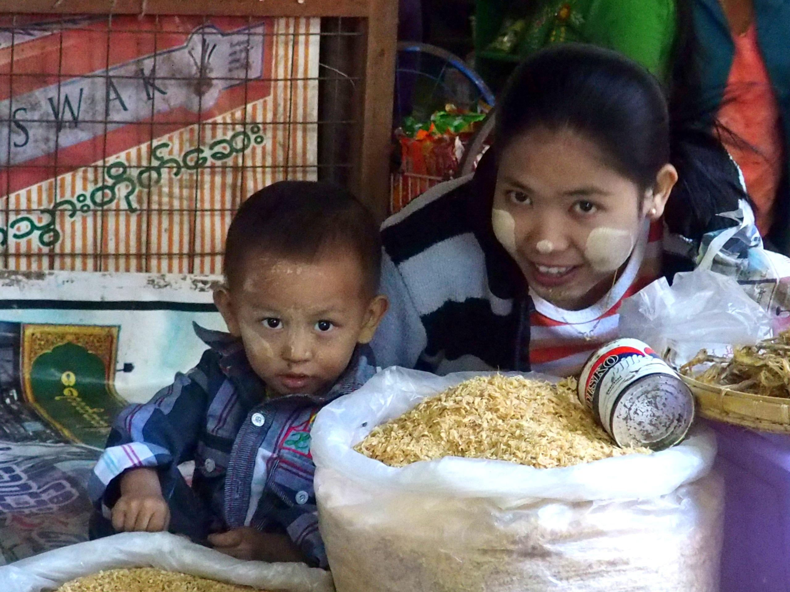 Vendeuse et son enfant sur marché Bagan Birmanie