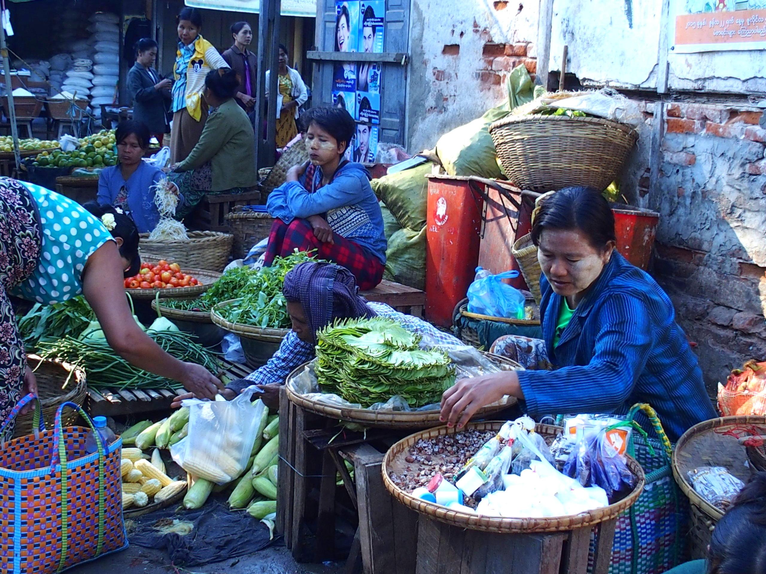 Vendeuses de légumes marché Bagan Birmanie