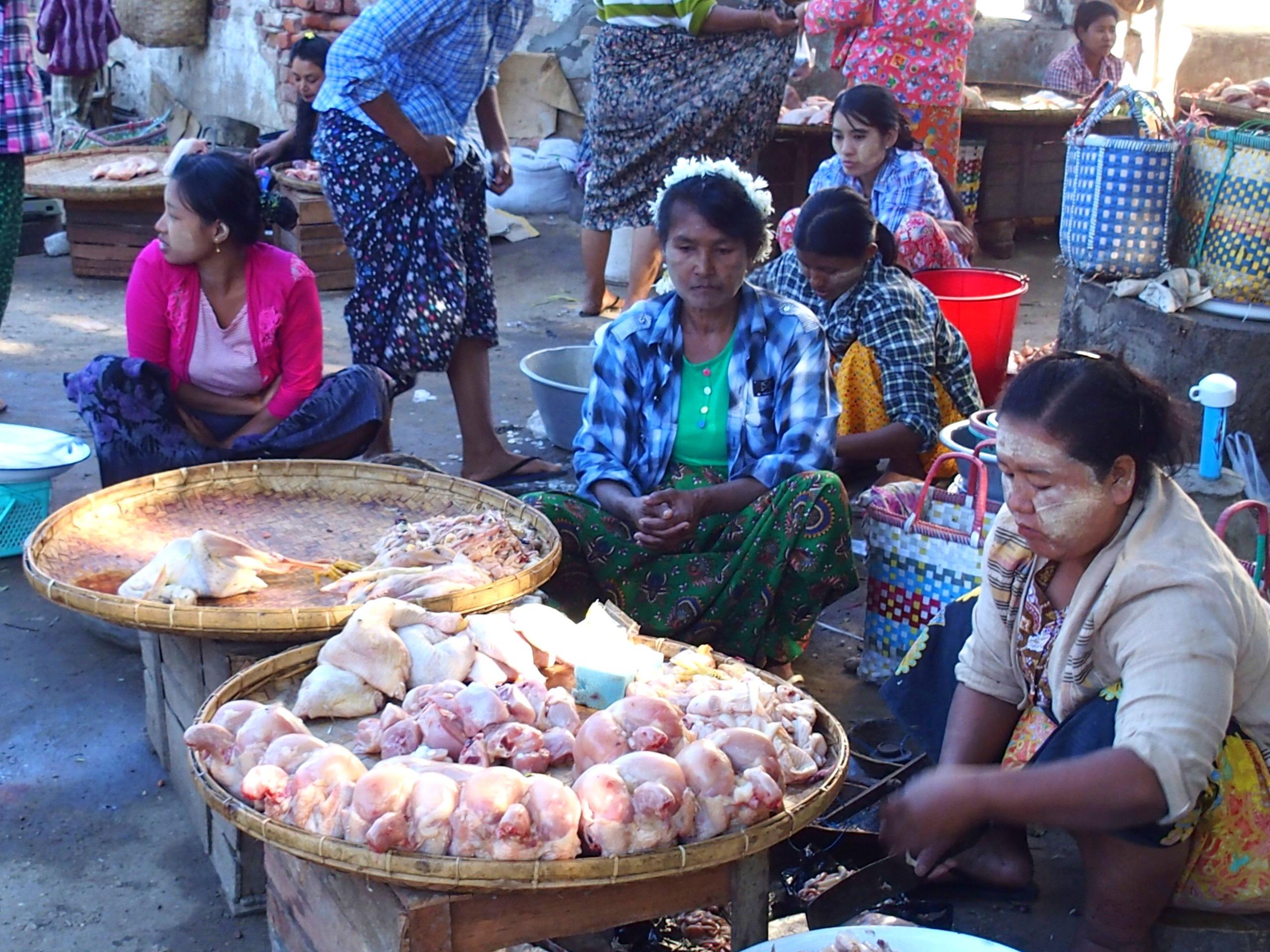 Vendeuses poulet marché Bagan Myanmar.