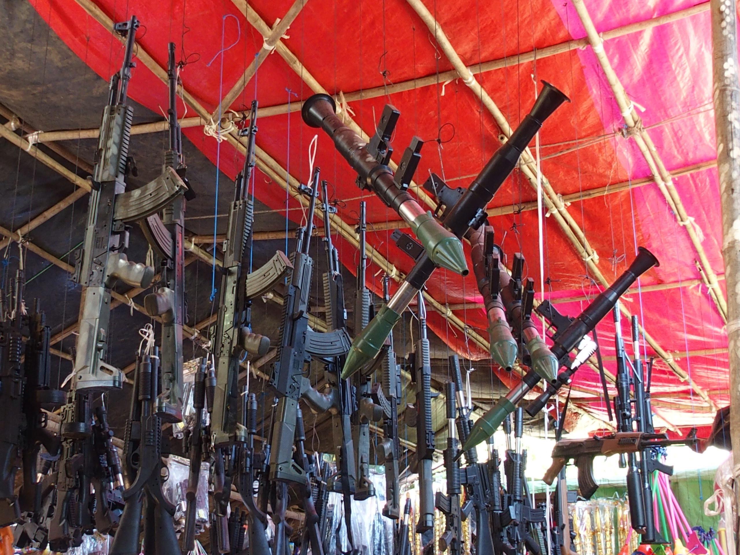 Vente-de-fusils-jouets-marché-de-Bagan-Myanmar