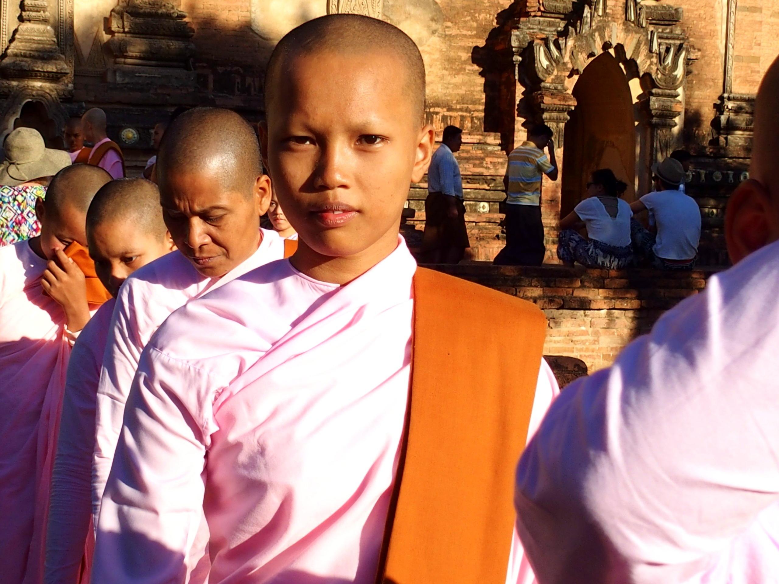 jeunes-moniales-pagode-Thatbyinnyu-Bagan-Myanmar