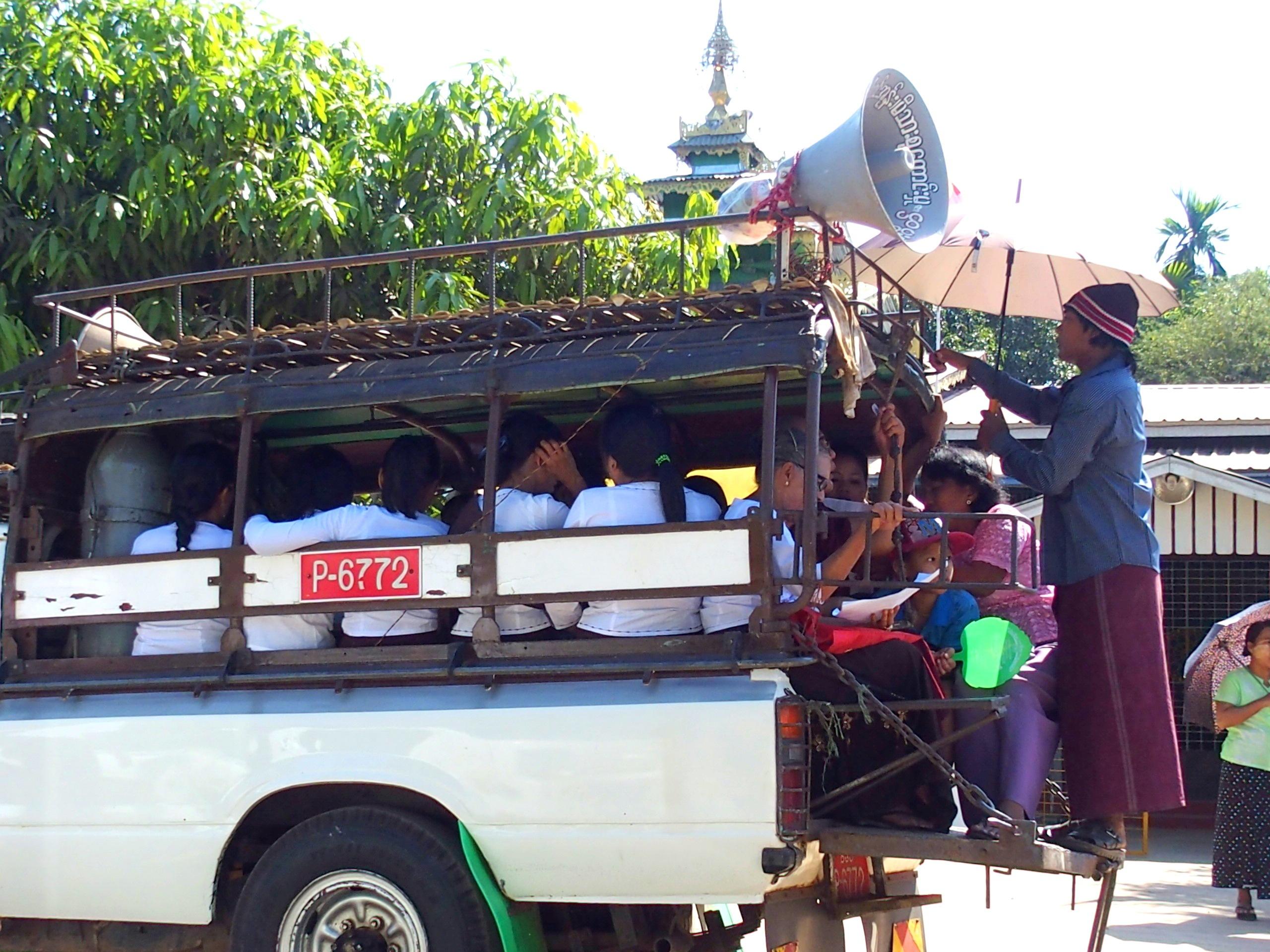 Camion-bondé-de-fidèles-cérémonie-incinération-Bago-Myanmar