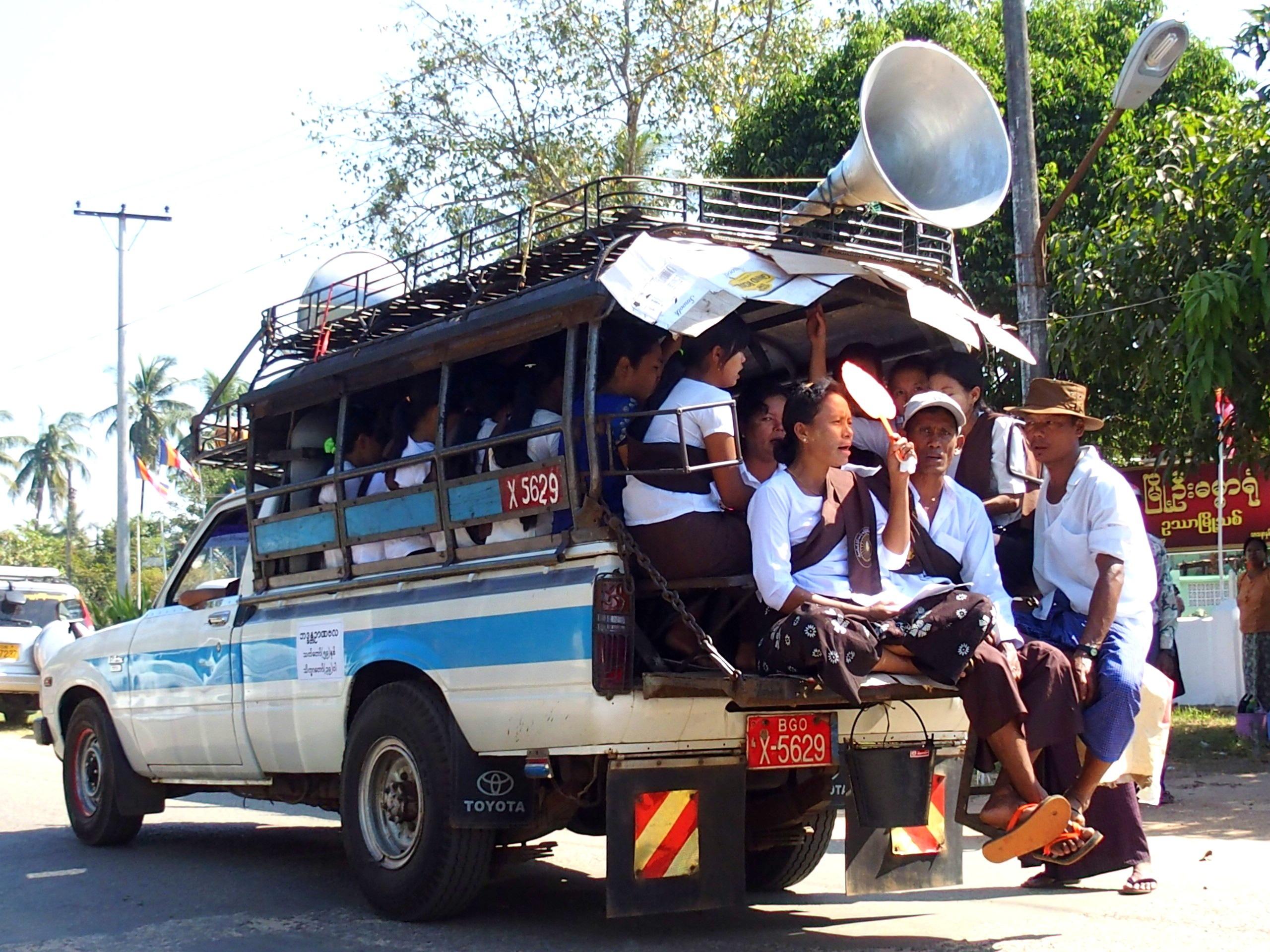 Camion-sonorisé-pour-cérémonie-incinération-moine-Bago-Myanmar