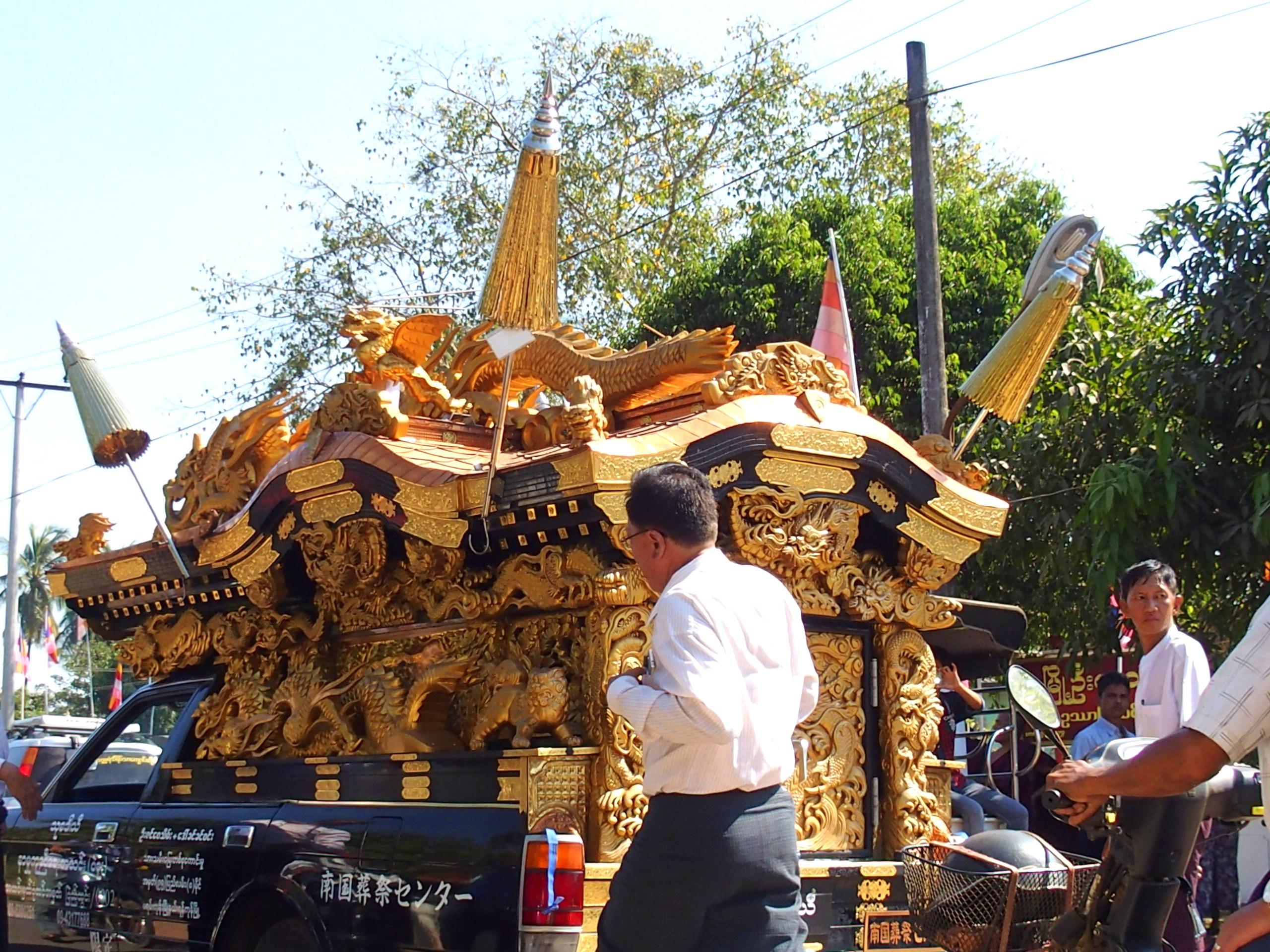 Cercueil-moine-Bago-voyage-au-Rocher-dOr-Myanmar.