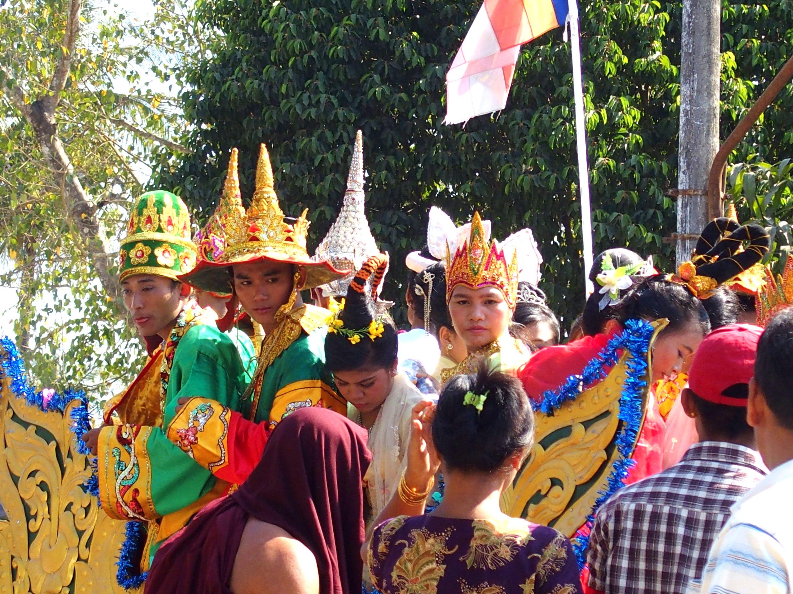 Costumes-colorés-participants-incinération-moine-Bago-voyage-Rocher-dOr-Myanmar