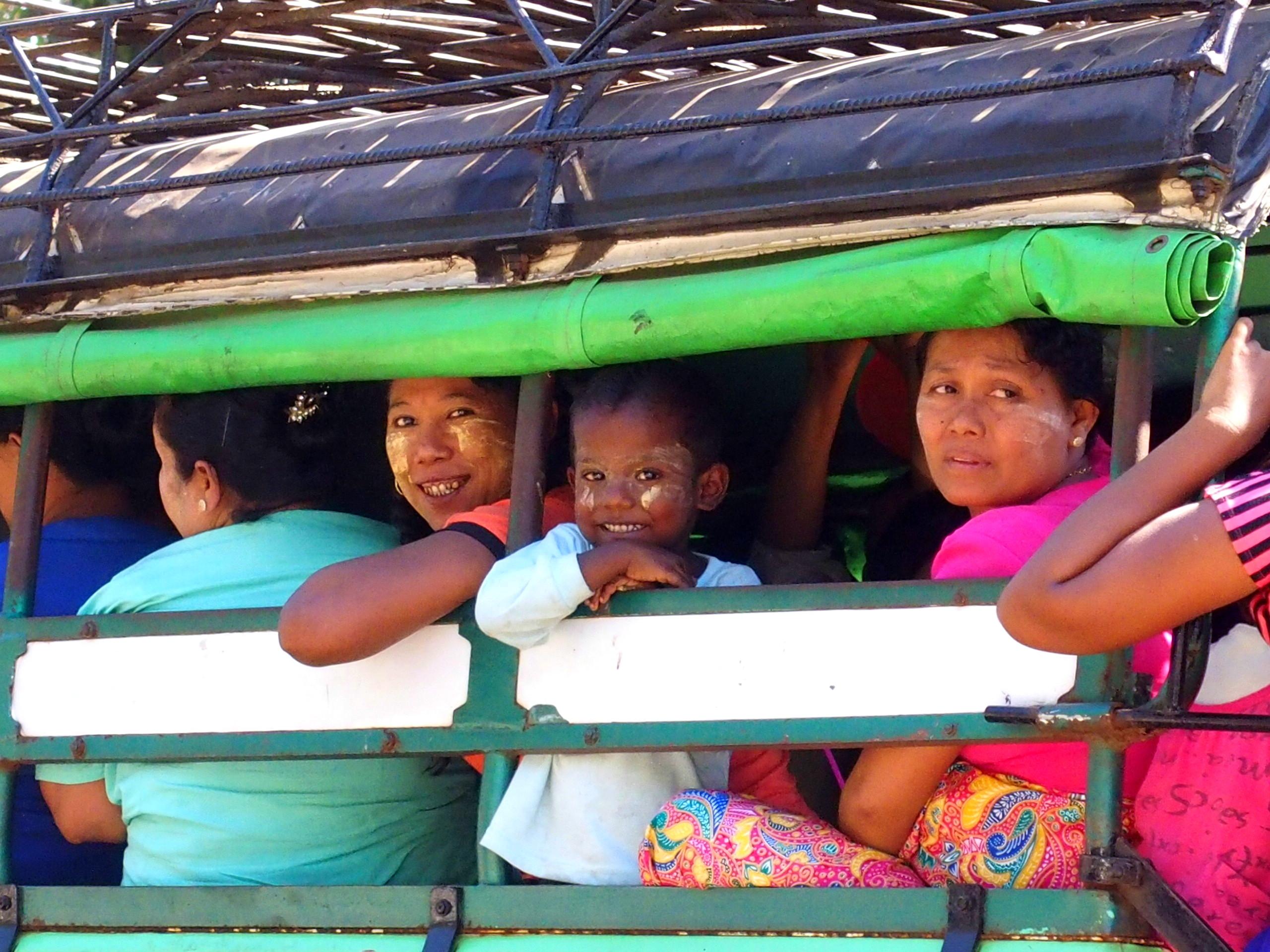 Femme-et-enfant-dans-bus-cérémonie-incinération-Bago-Myanmar