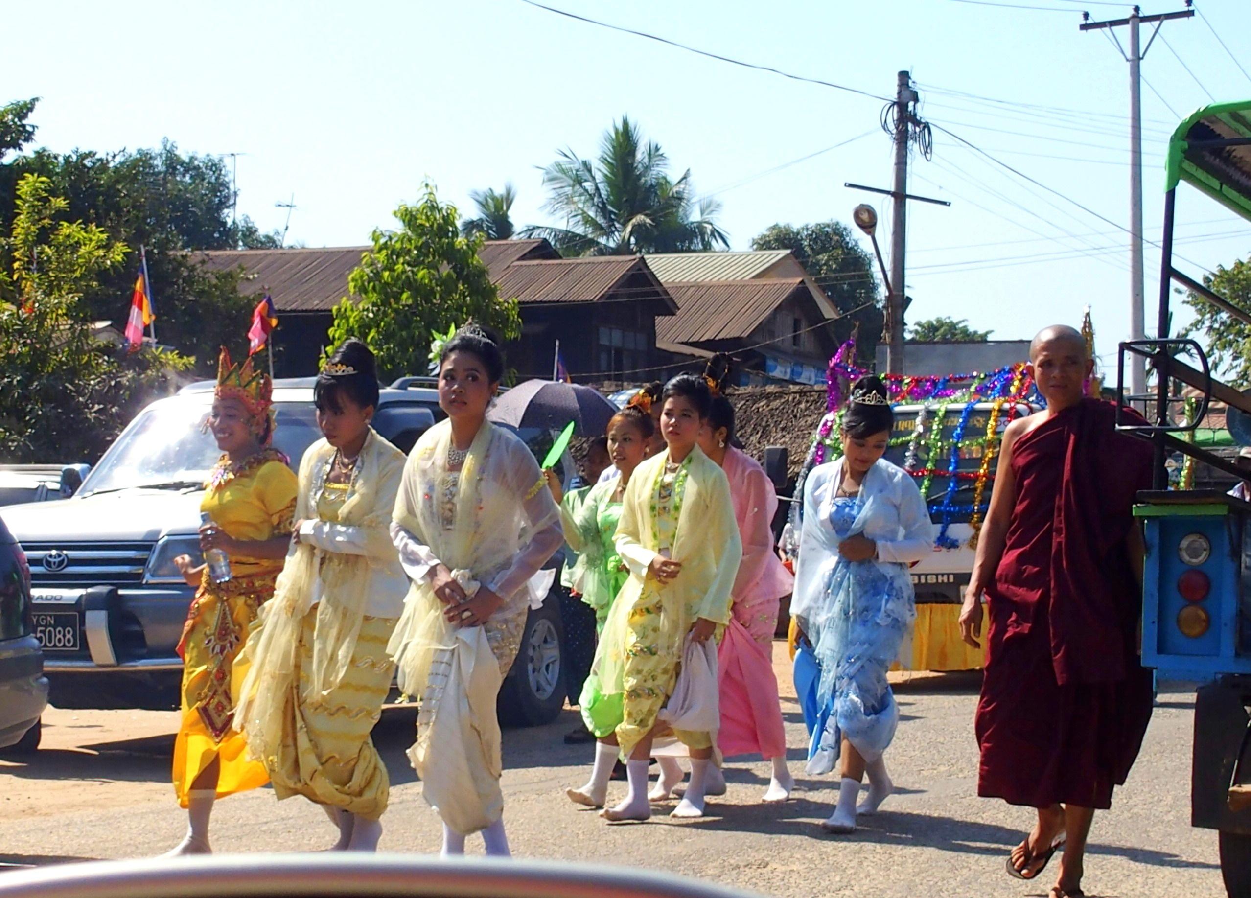 Groupe-de-femmes-cérémonie-incinération-moine-Bago-voyage-Rocher-dOr-Myanmar