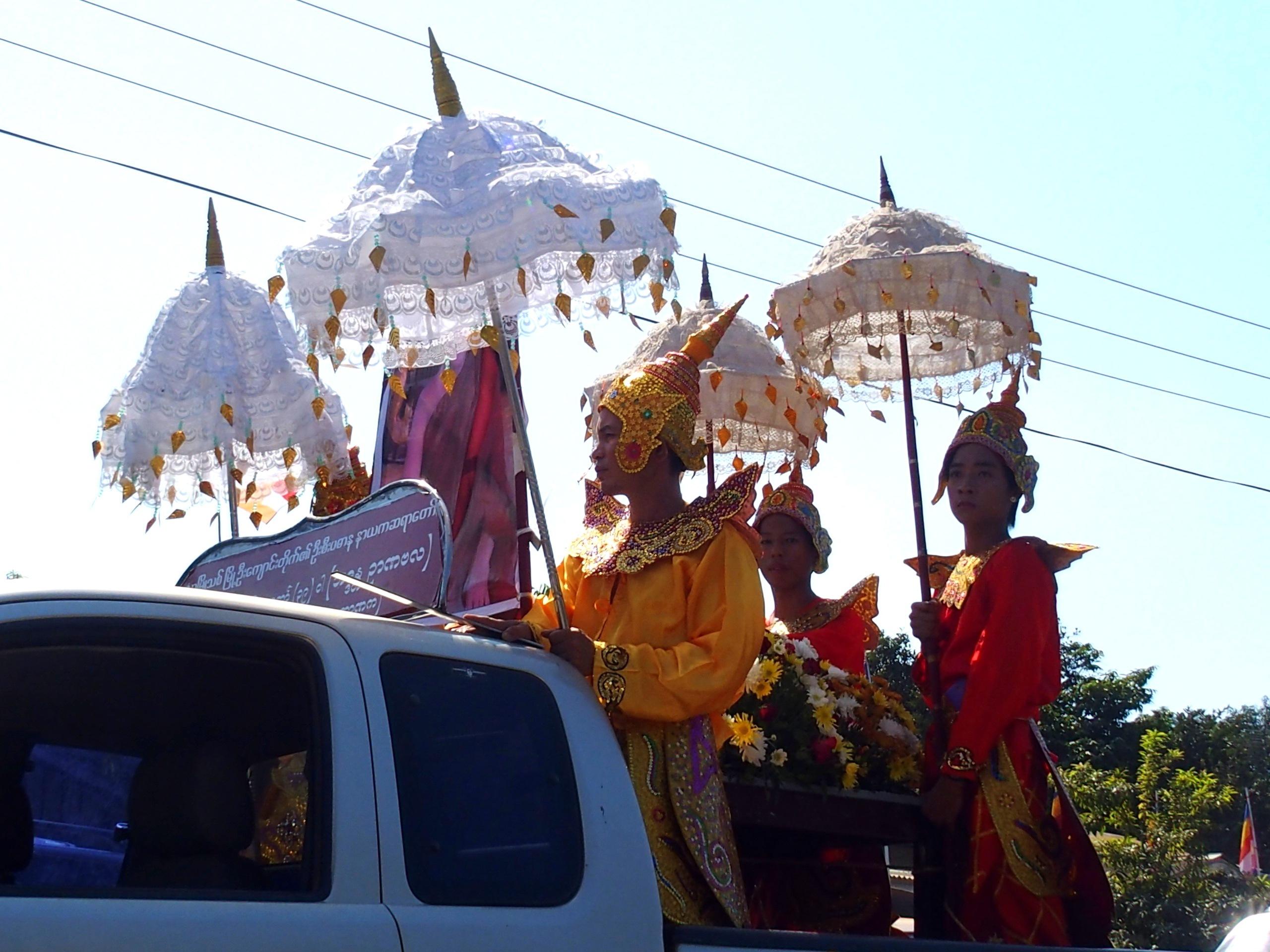 Jeunes gens aux ombrelles Bago Myanmar