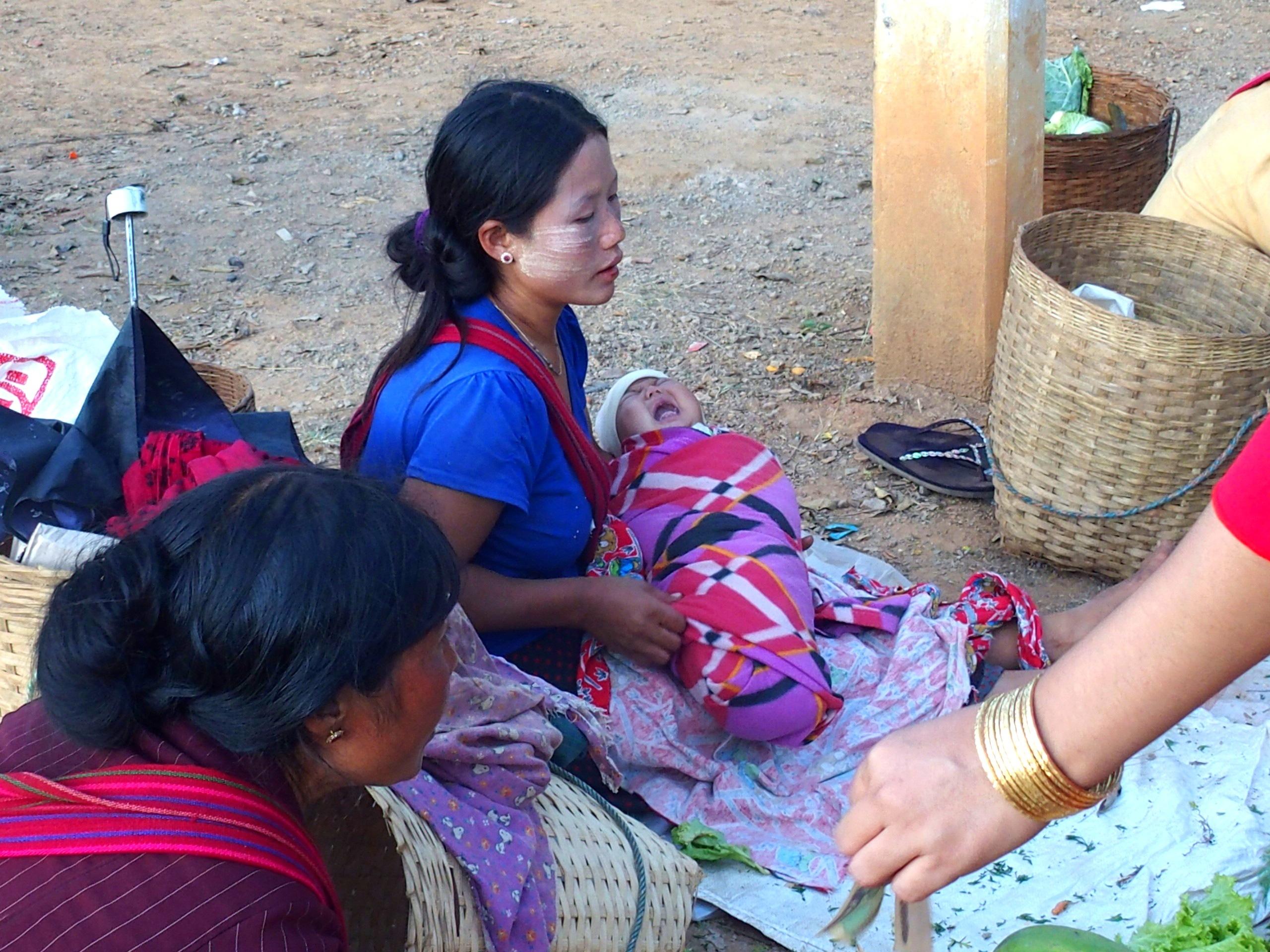 Maman-et-bébé-au-marché-Bago-Myanmar.