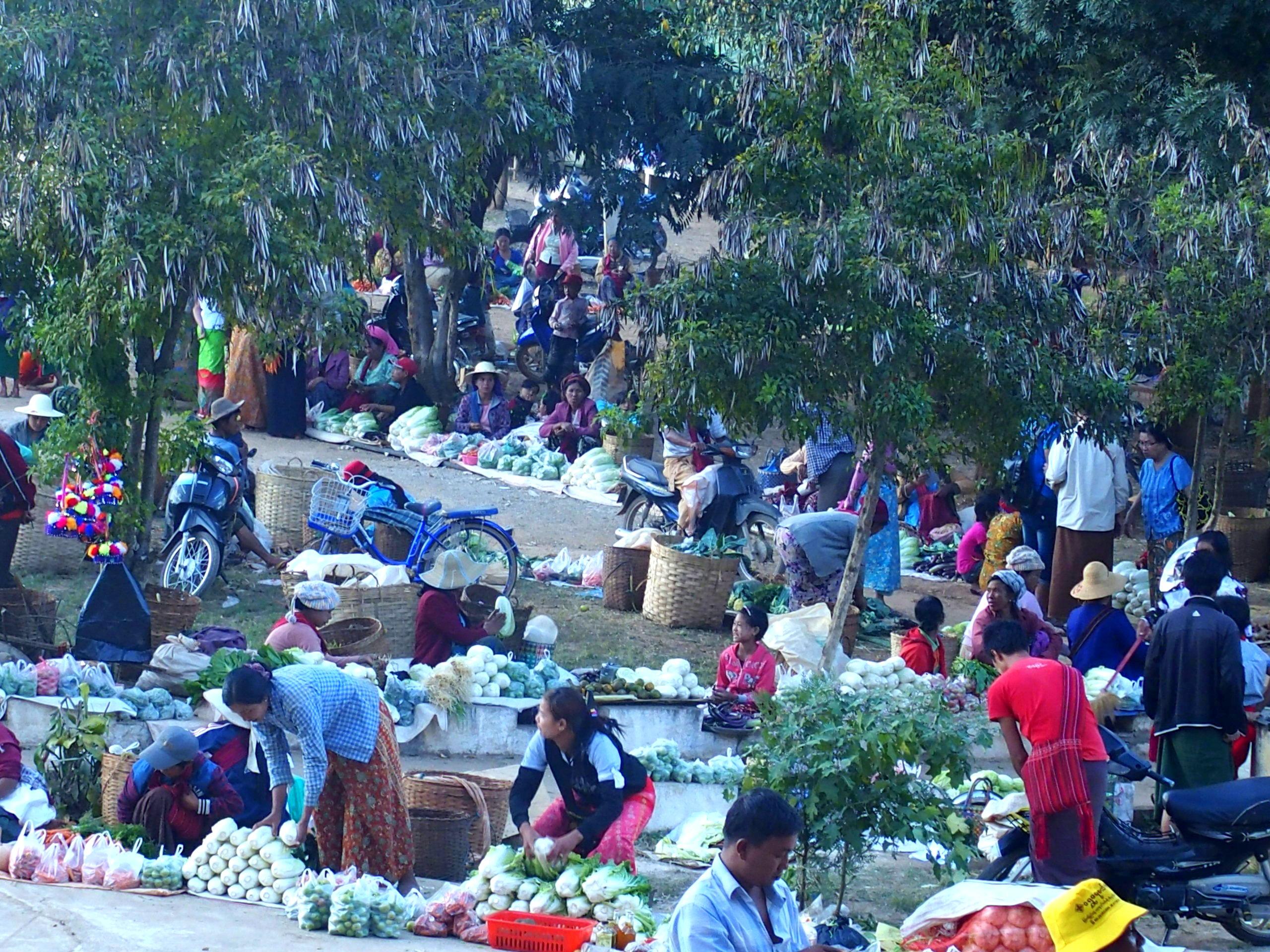 Vendeuses fruits et légumes sur marché Bago Myanmar.