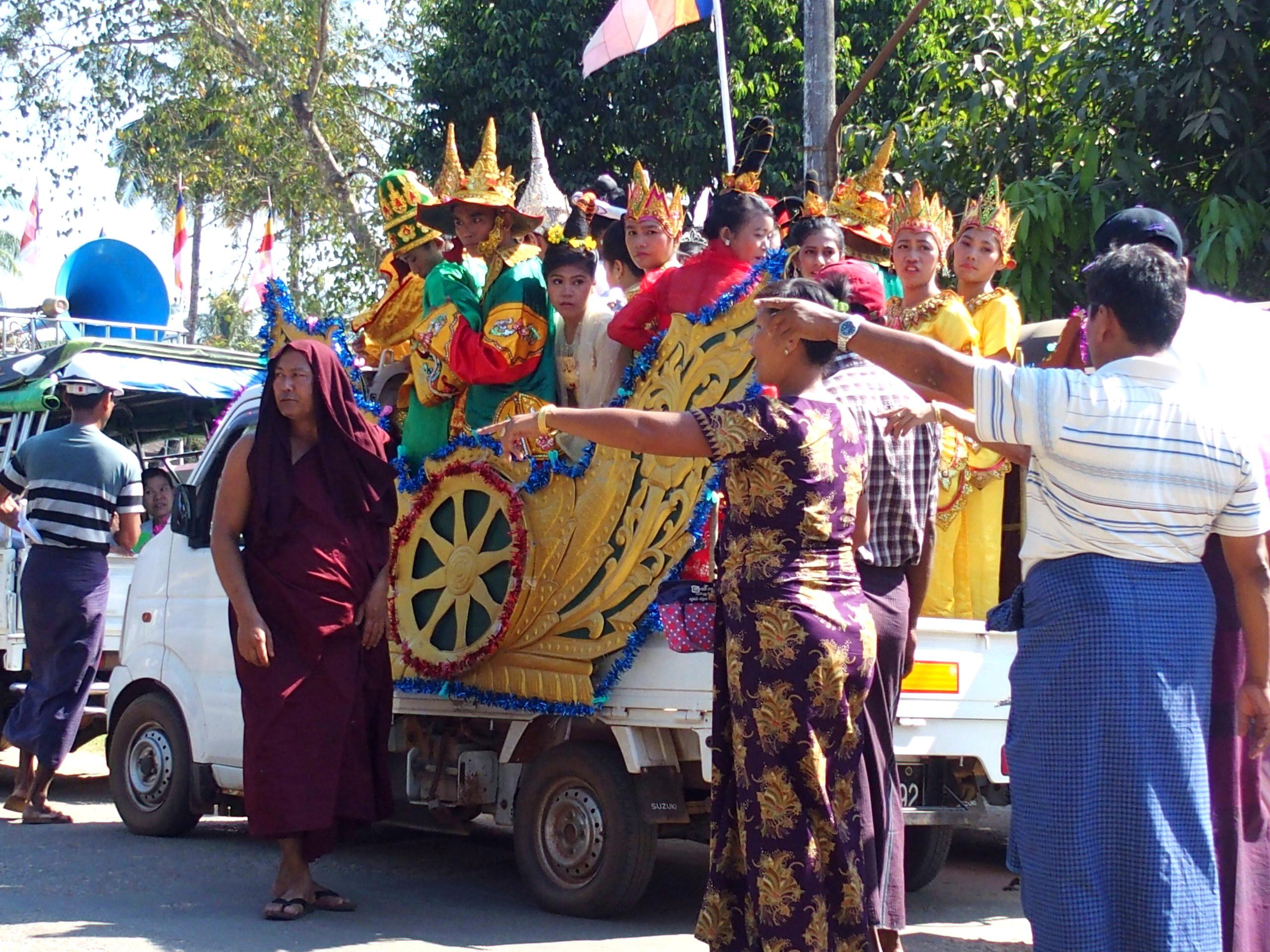 Participants-cérémonie-incinération-moine-Bago-Myanmar