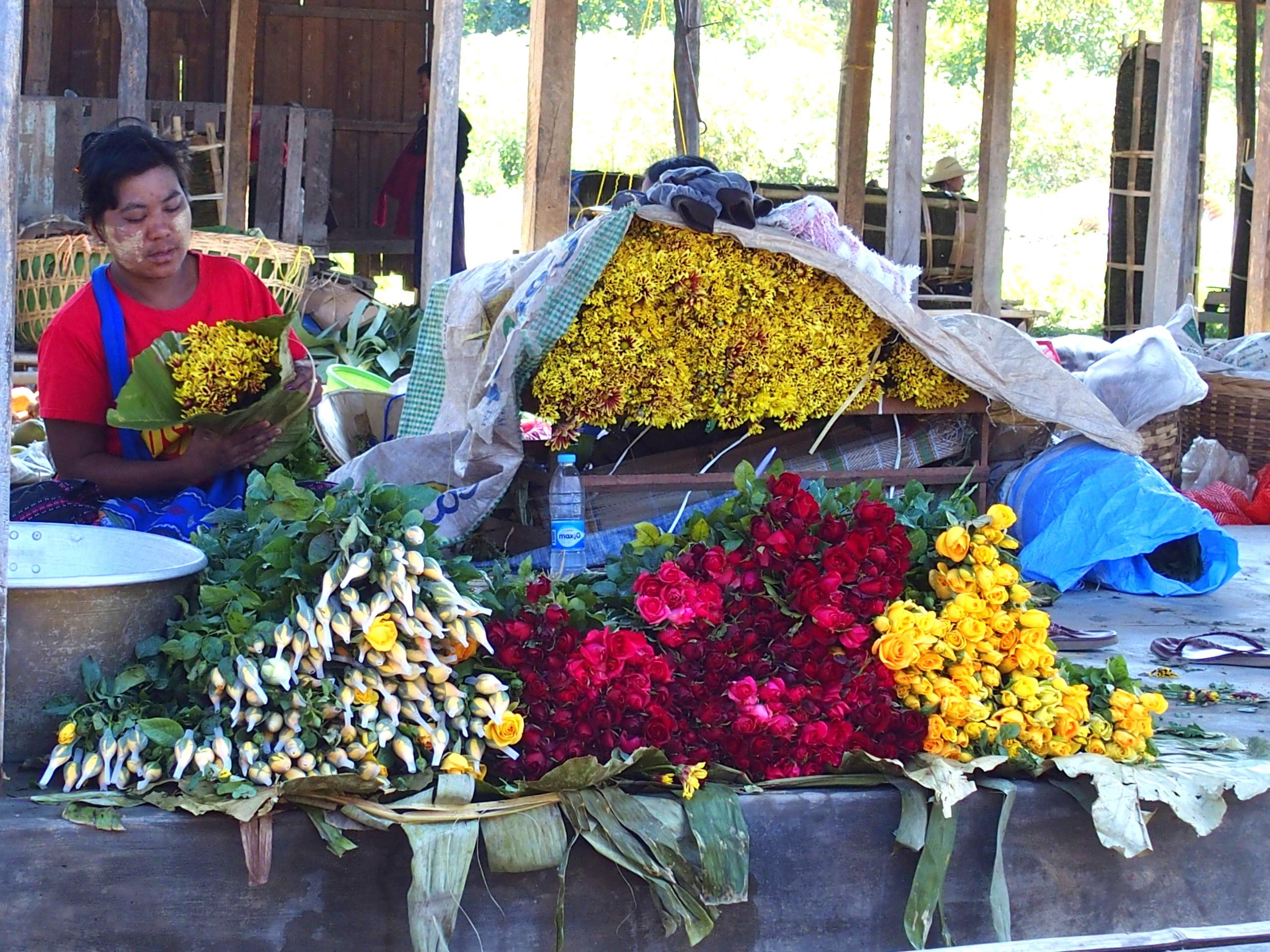 Vendeuse-fleurs-marché-Bago-Myanmar