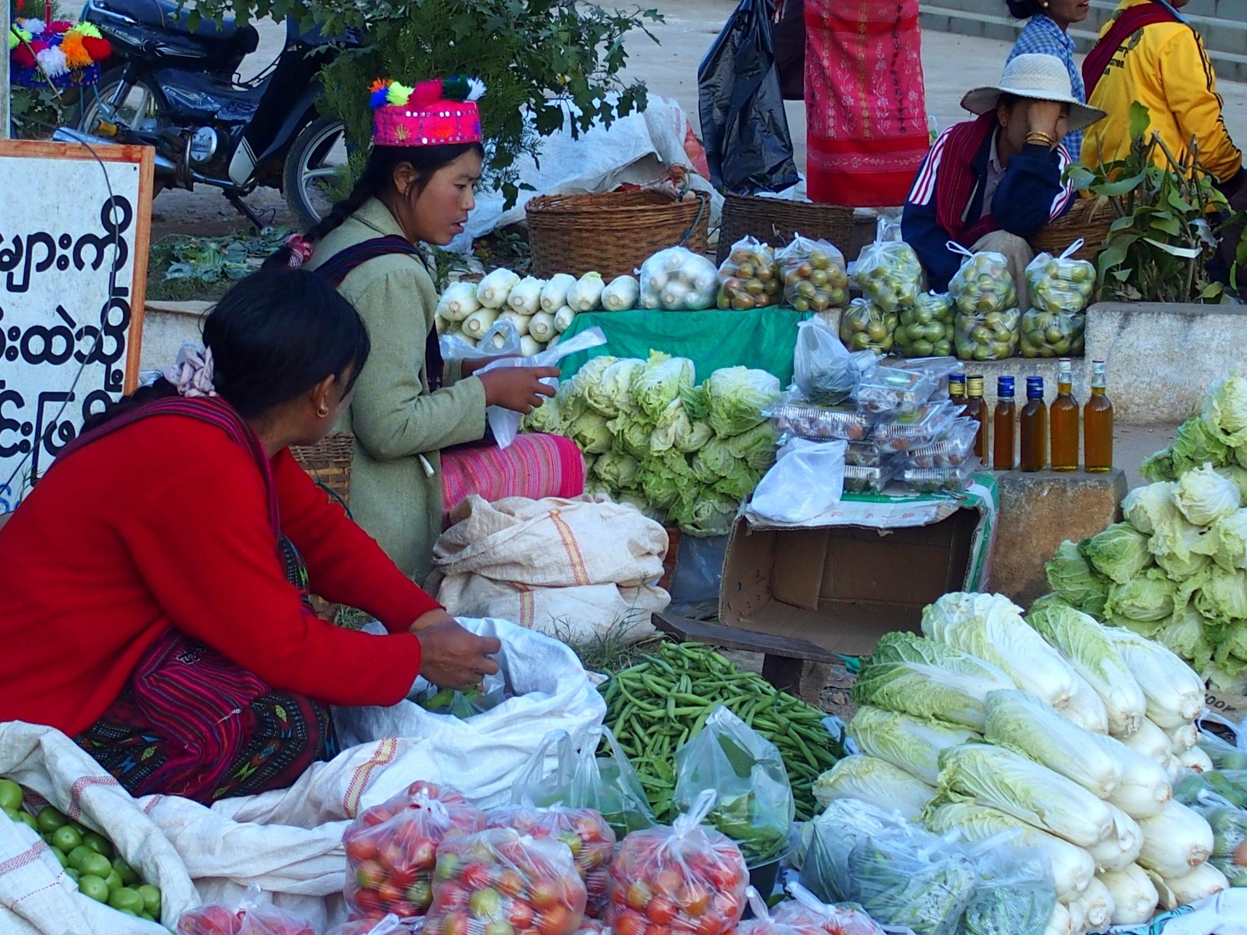 Vendeuses-fruits-et-légumes-sur-marché-Bago-Myanmar
