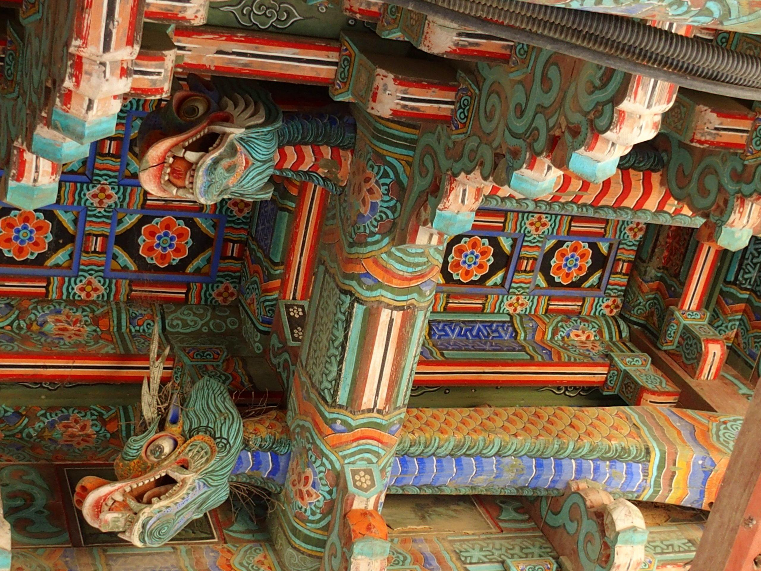 Plafond en bois sculpté et peint temple Bulguksa Corée du sud