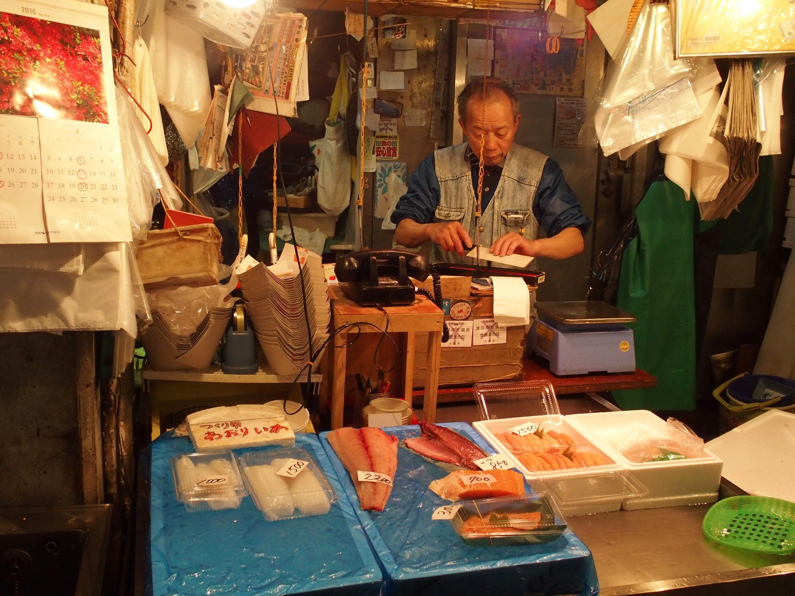 Stand de vente poissons marché visite d'Osaka Japon