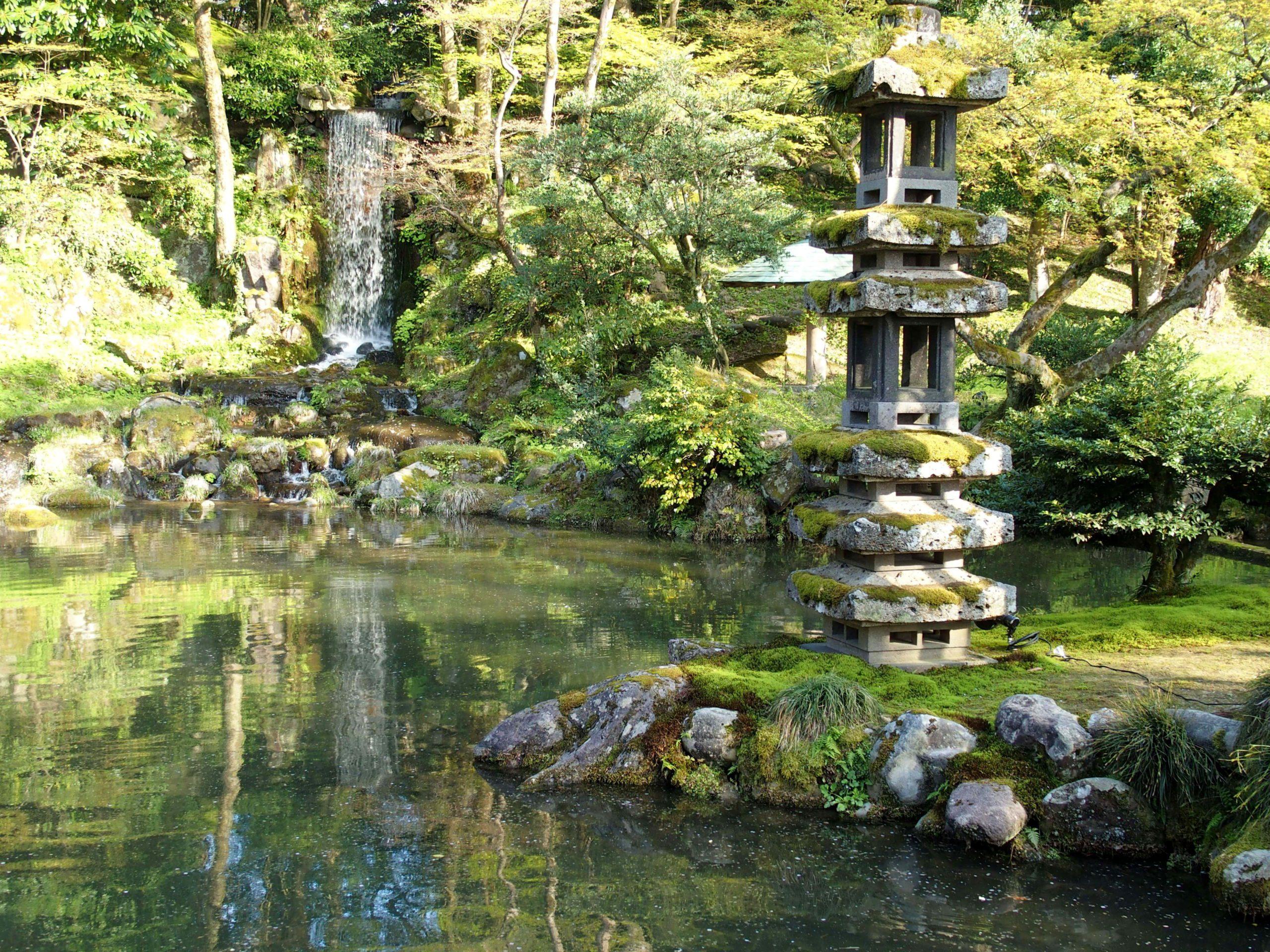 Cascade et lanterne dans jardin de Kenrokuen Kanazawa Japon