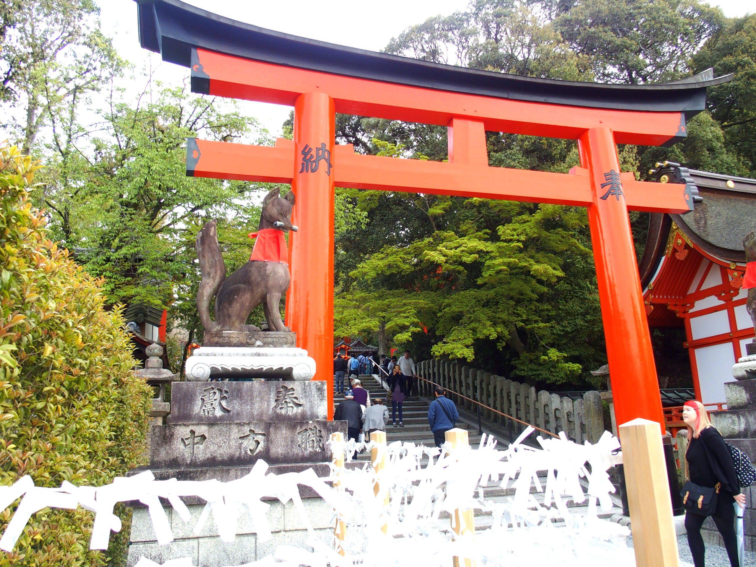 Début du parcours dans sanctuaire Fushimi Inari-taisha Kyoto