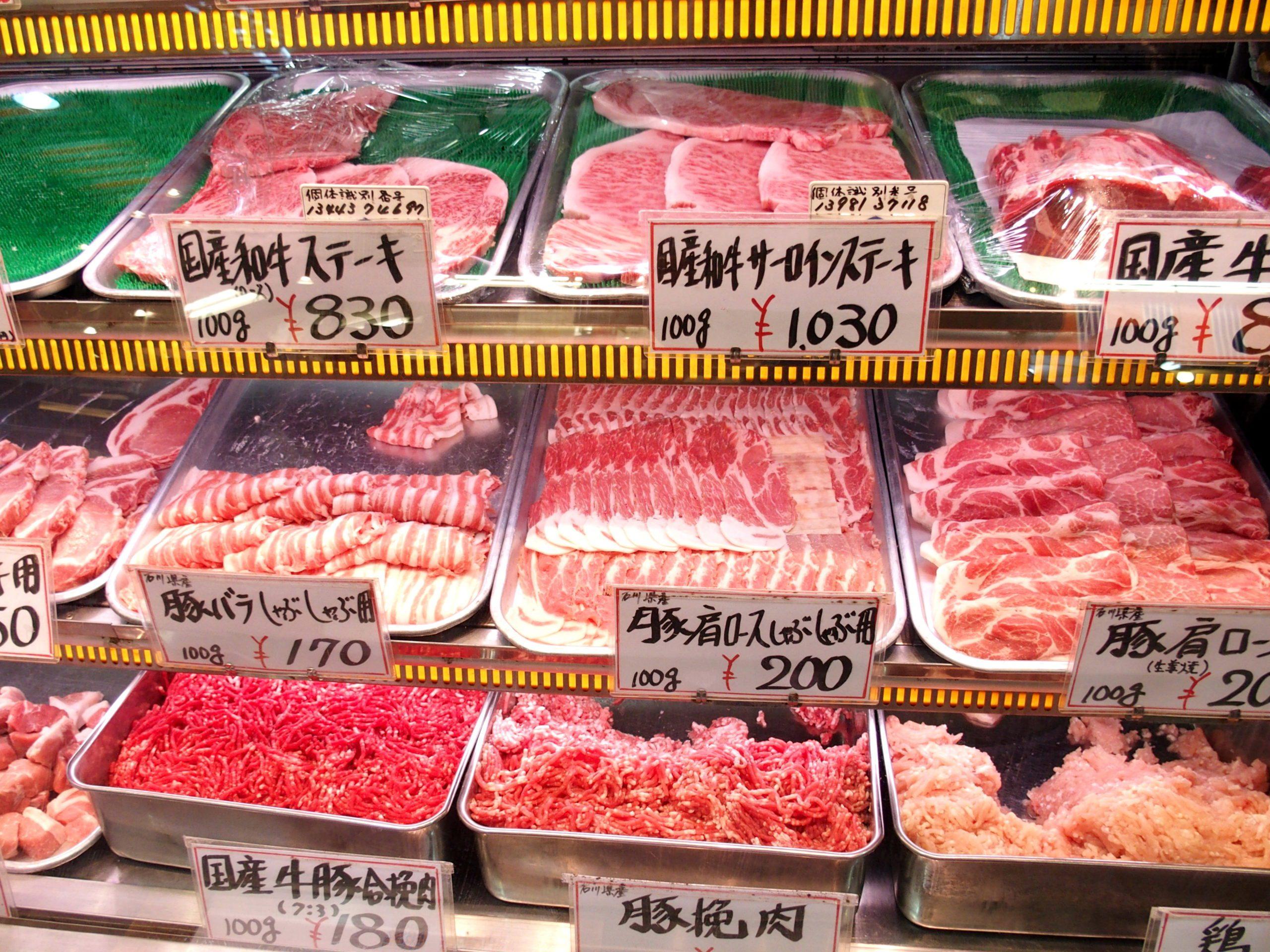 Etal de viandes marché d'Omicho Kanazawa Japon