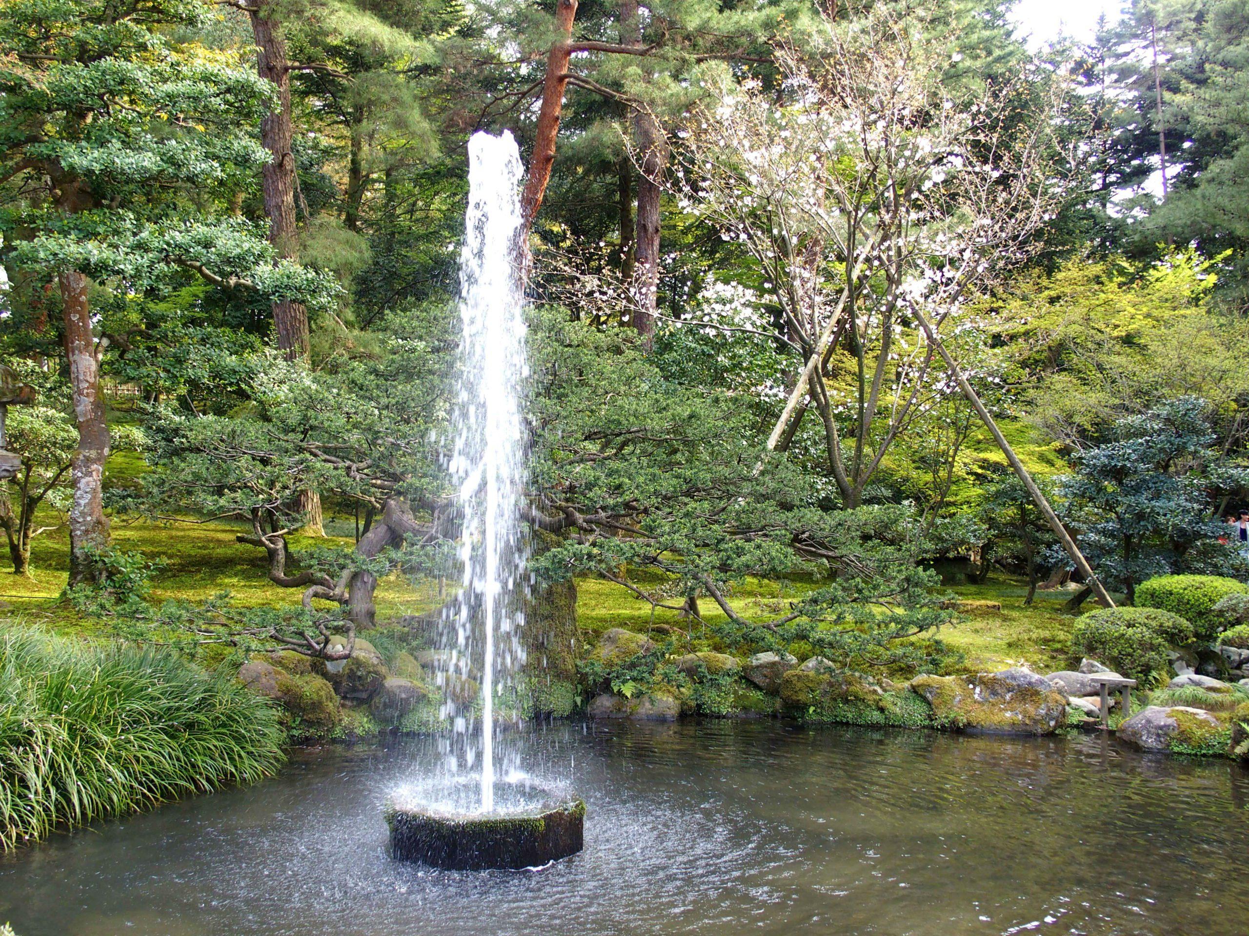 Fontaine dans jardin Kenroku-en visite de Kanazawa