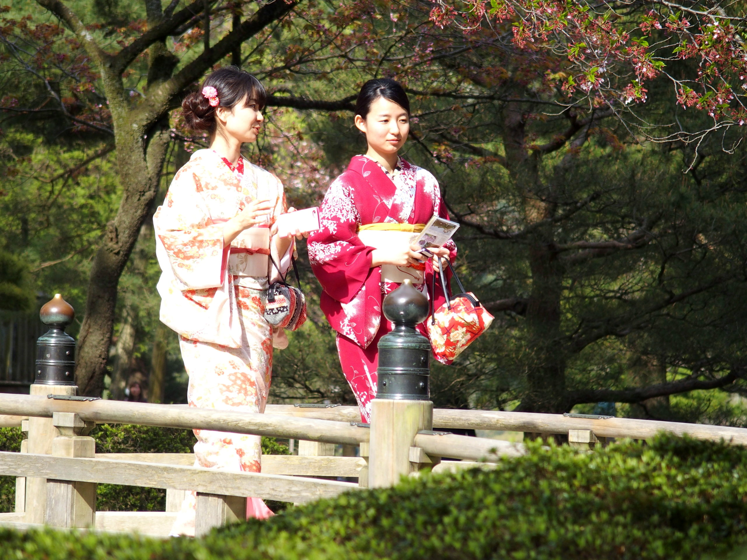 Jeunes japonaises sur pont en bois jardin Kerokuen Kanazawa Japon